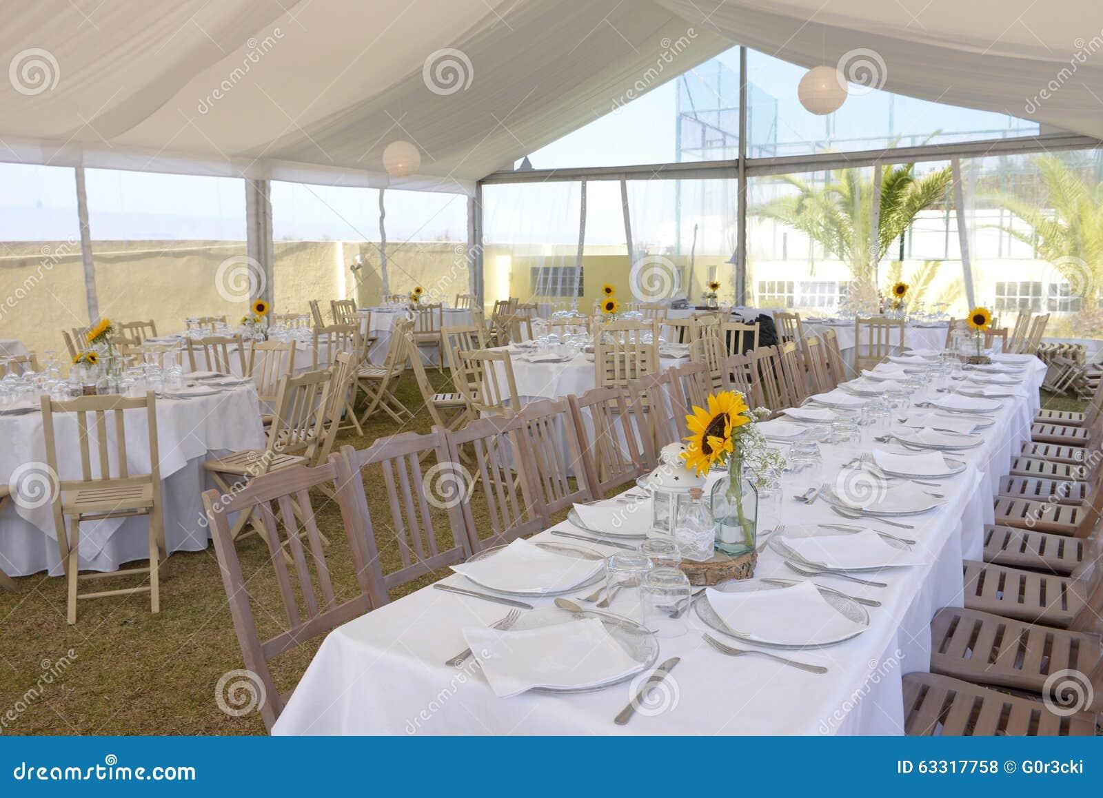 girasoles en los manteles blancos decoracin del banquete de boda evento foto de archivo