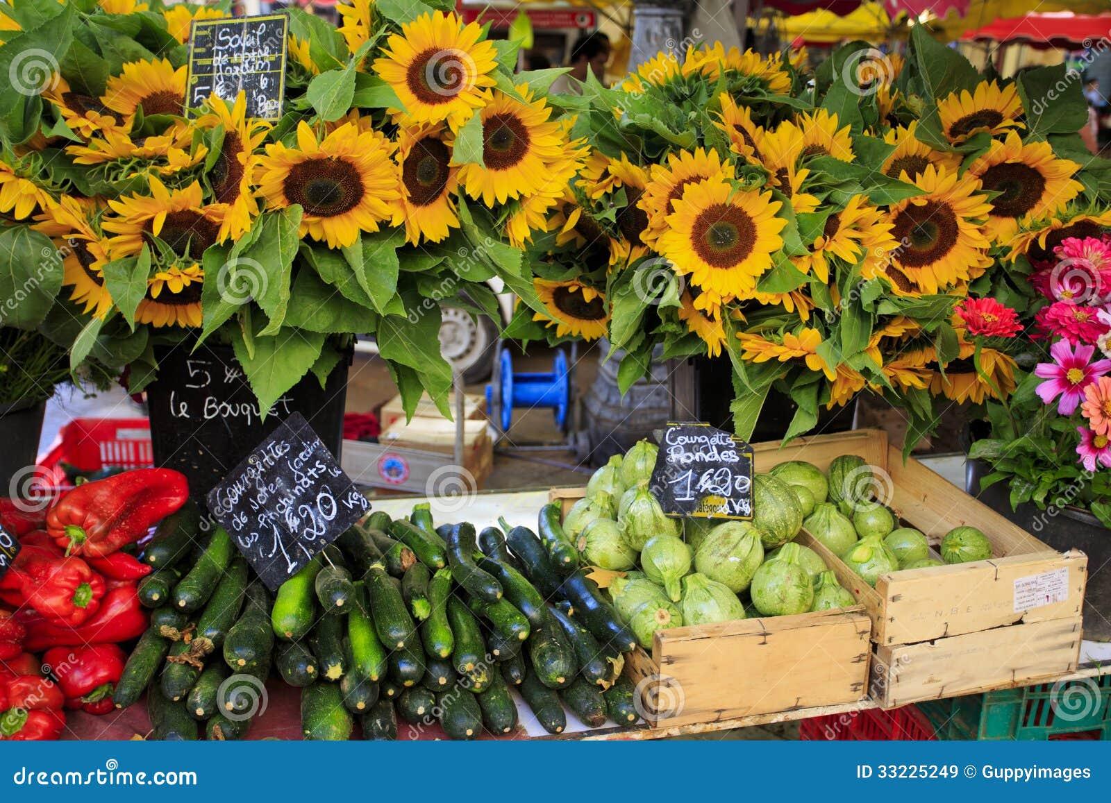 Girasoles y verduras para la venta en un mercado en Provence