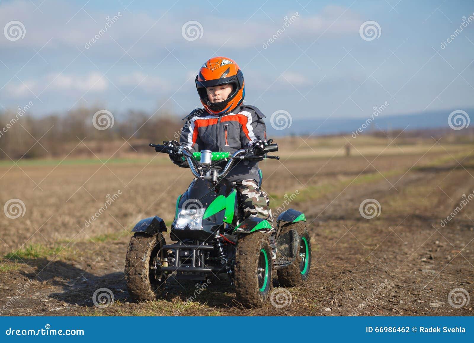 Giri del ragazzo sul quadrato elettrico di ATV
