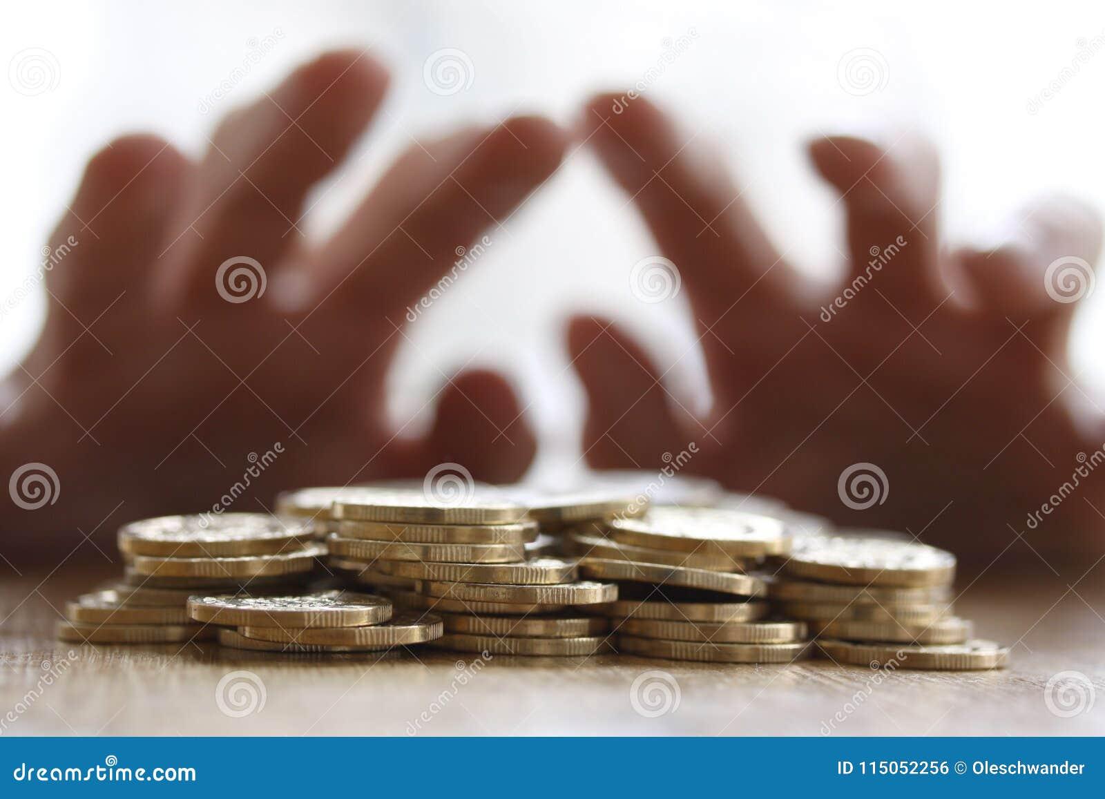Girig hand som ut griper eller når för högen av guld- mynt För slut begrepp upp - för skatt, bedrägeri och girighet