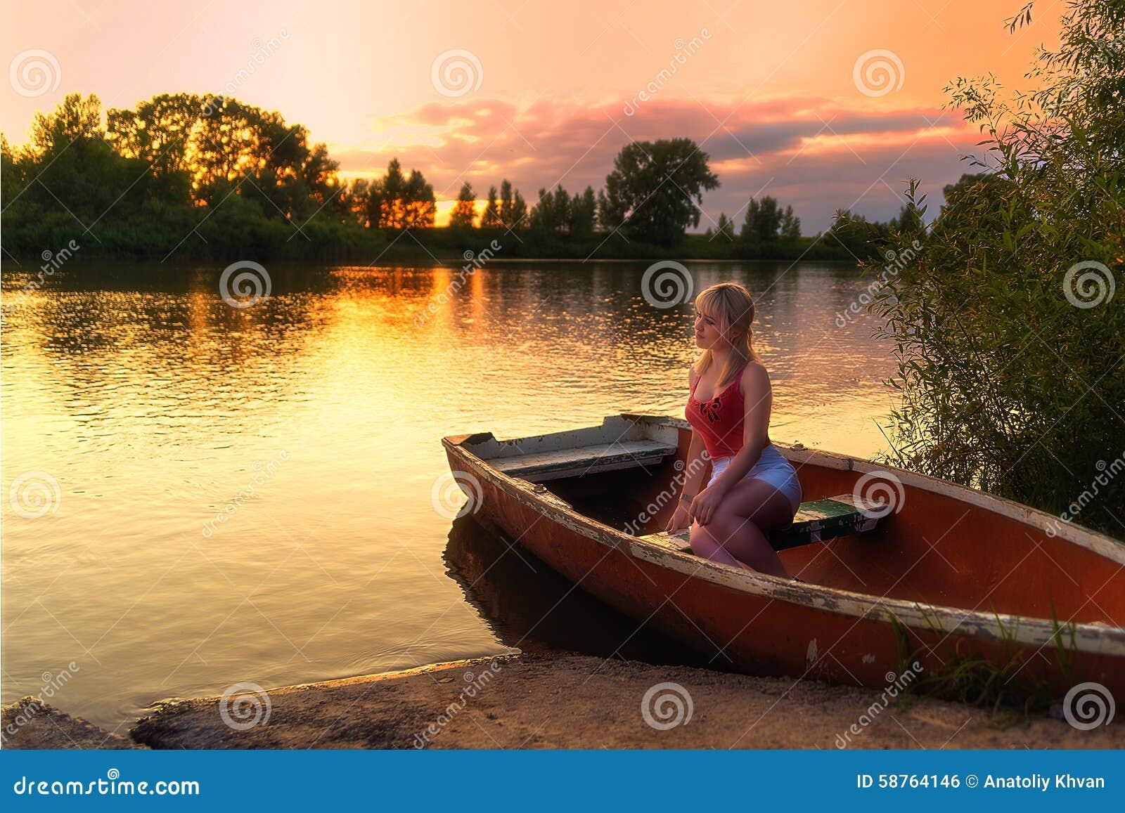 Девушка на речке и закат фото