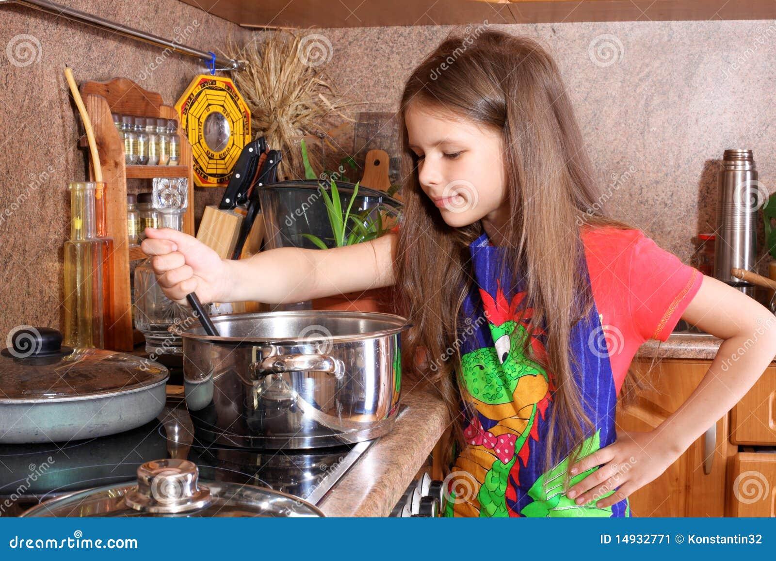 Каждая девушка должна уметь готовить борщ фото