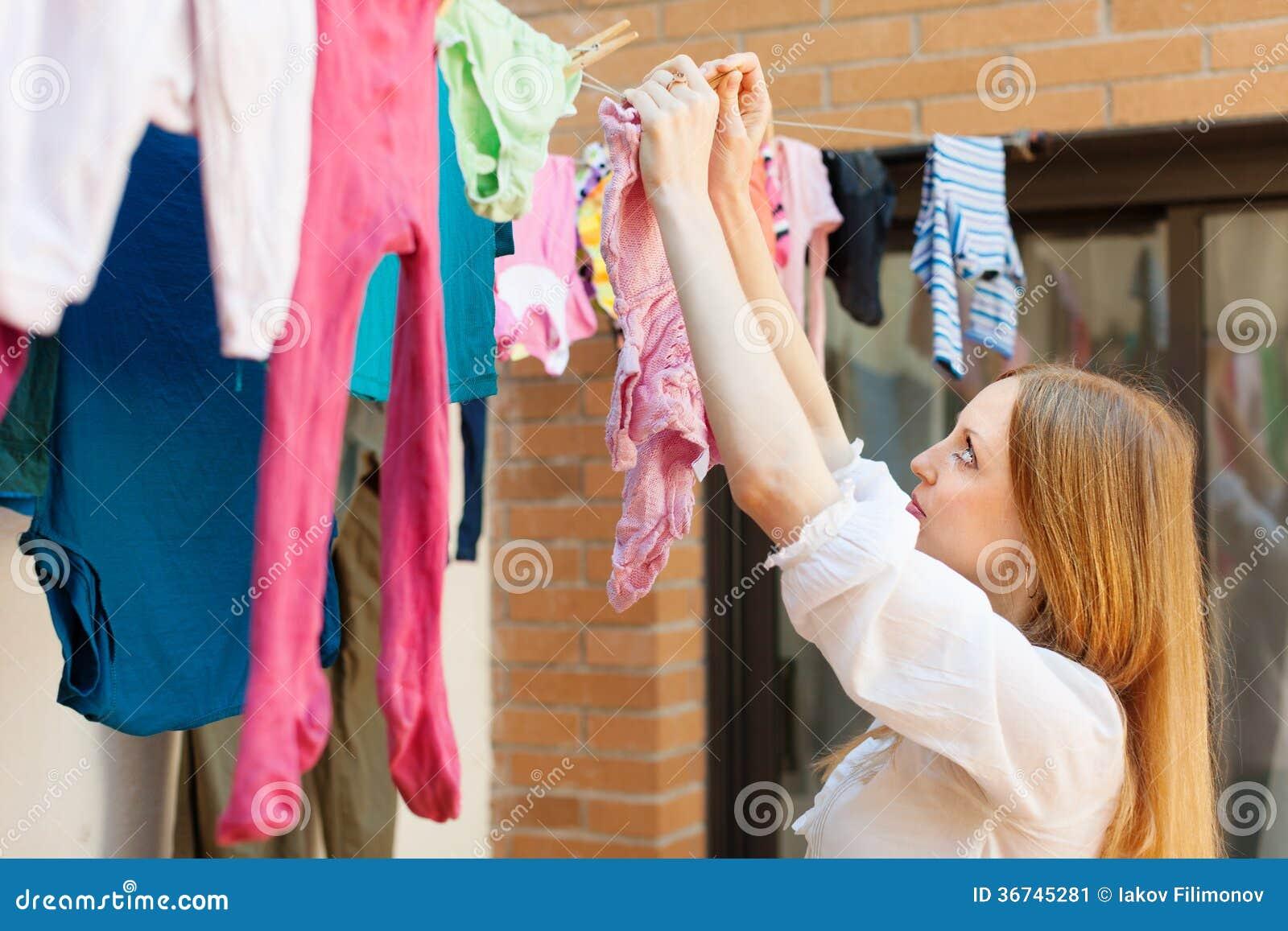 Фото женщины развешивающей белье 2 фотография