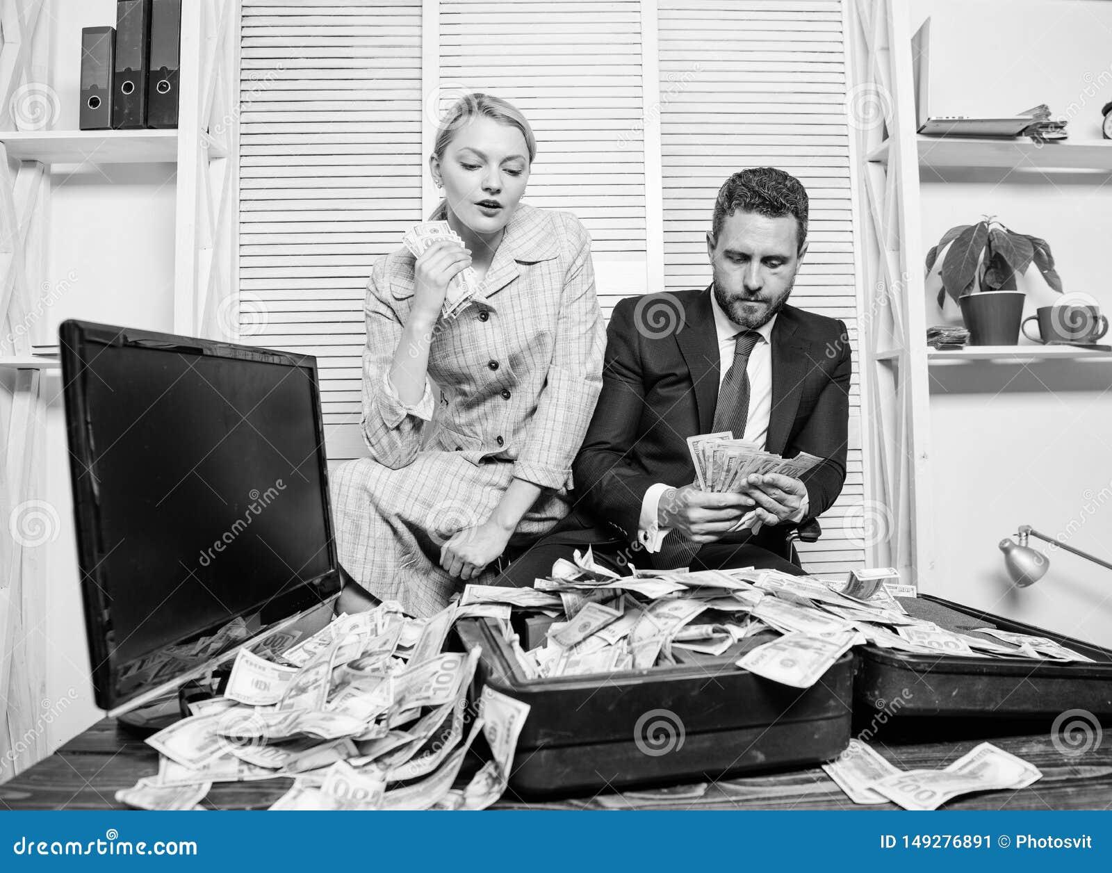 Girl financeiro guardara um bloco do prazer dos d?lares Contando o lucro do dinheiro Homem de neg?cios do homem e secret?rio da m