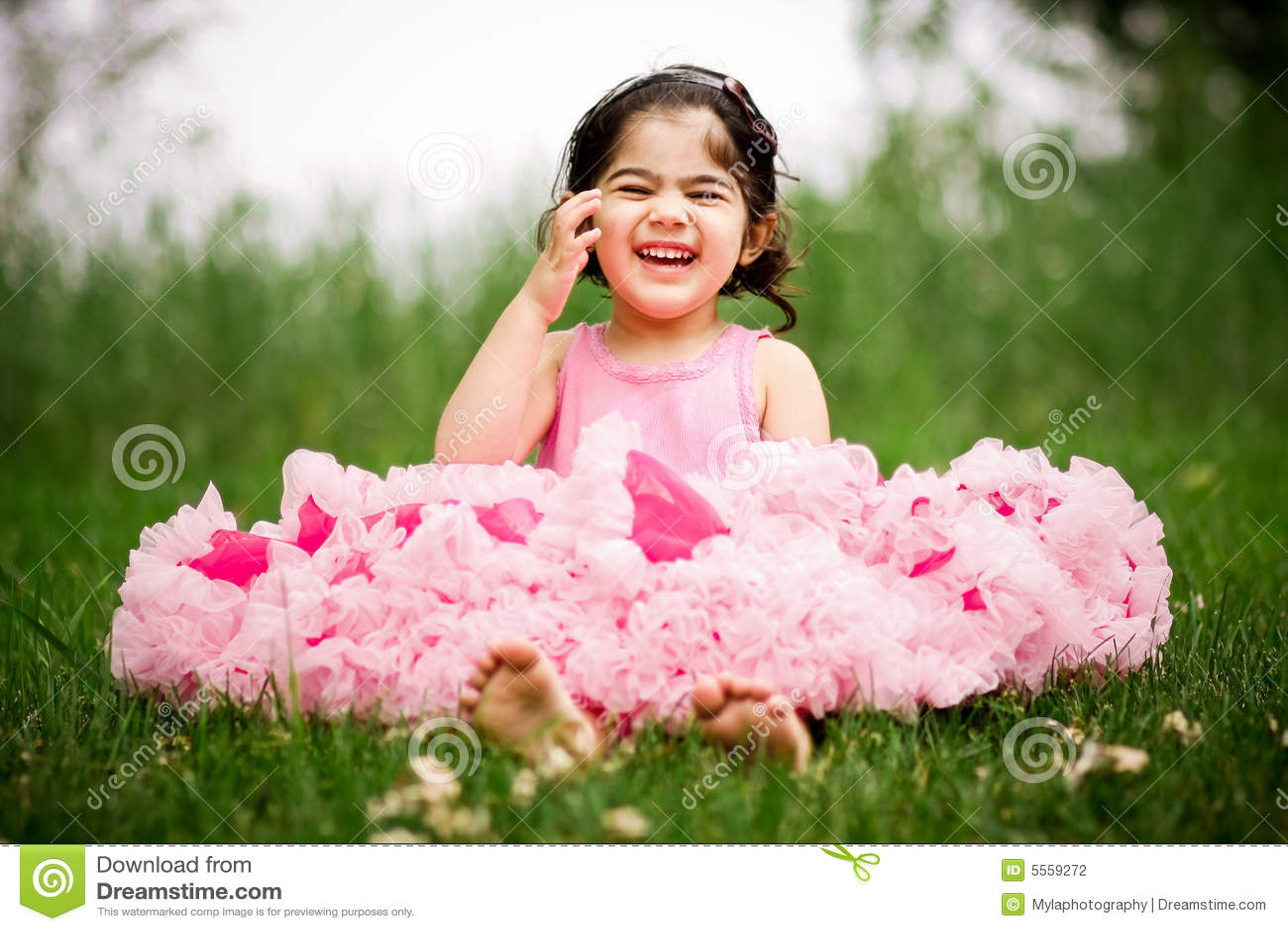 Картинка смайлик Маленькая девочка с цветком на