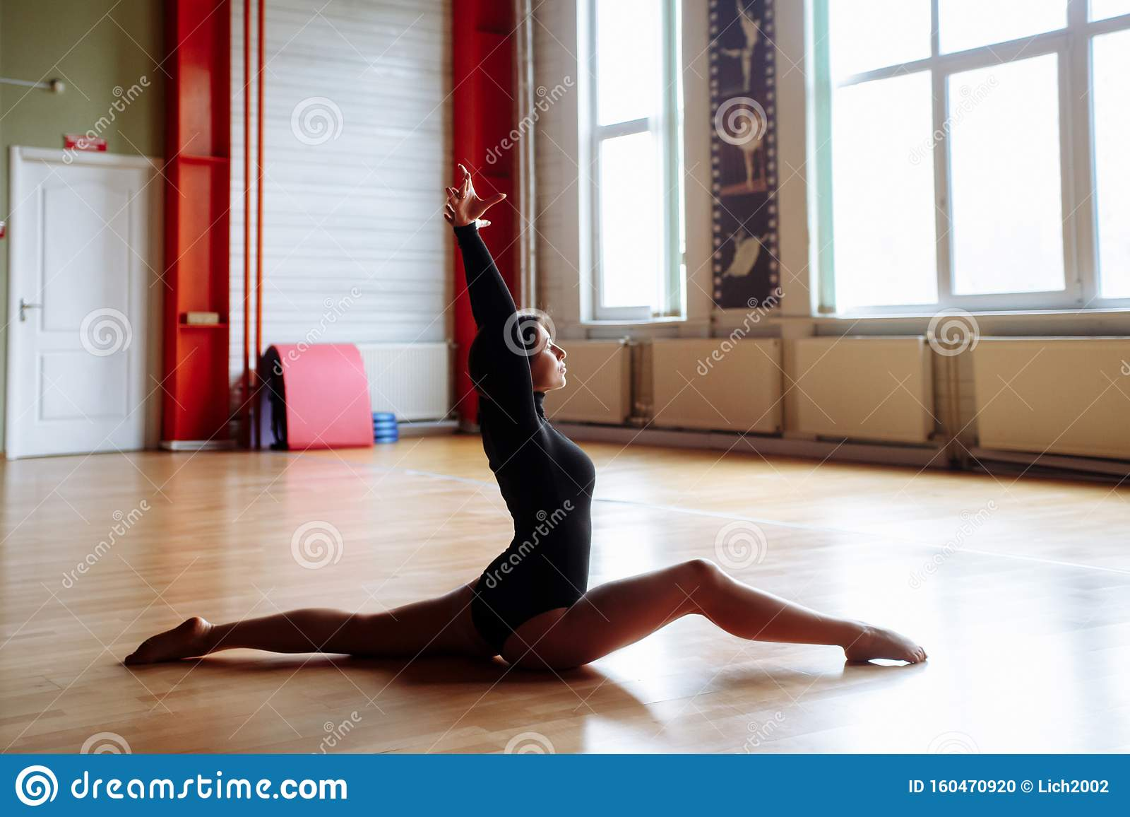 Hots Naked Gymnast Doing Split HD