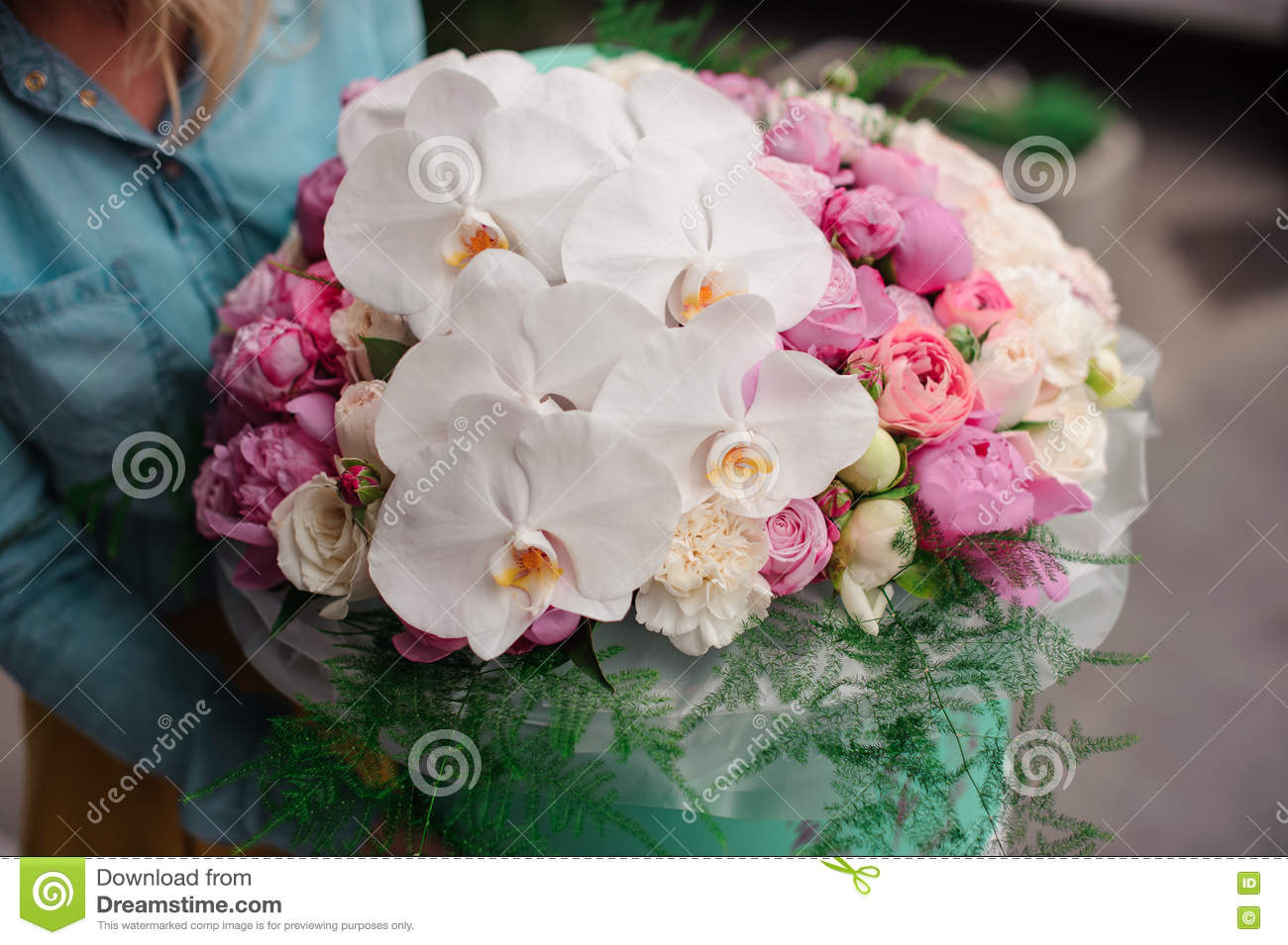 Girl holding beautiful mix white and pink flower bouquet in round download girl holding beautiful mix white and pink flower bouquet in round box with lid stock izmirmasajfo