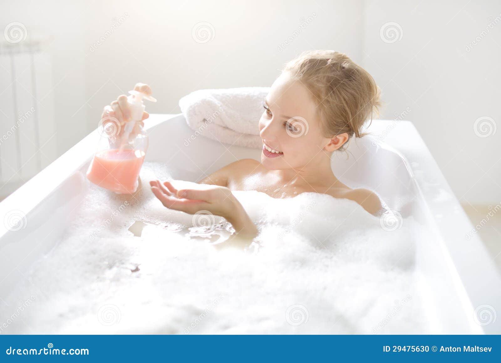 Смотреть бесплатно в онлайне как моются женщины, Эротика и порно, снятые в бане или в сауне смотреть 20 фотография