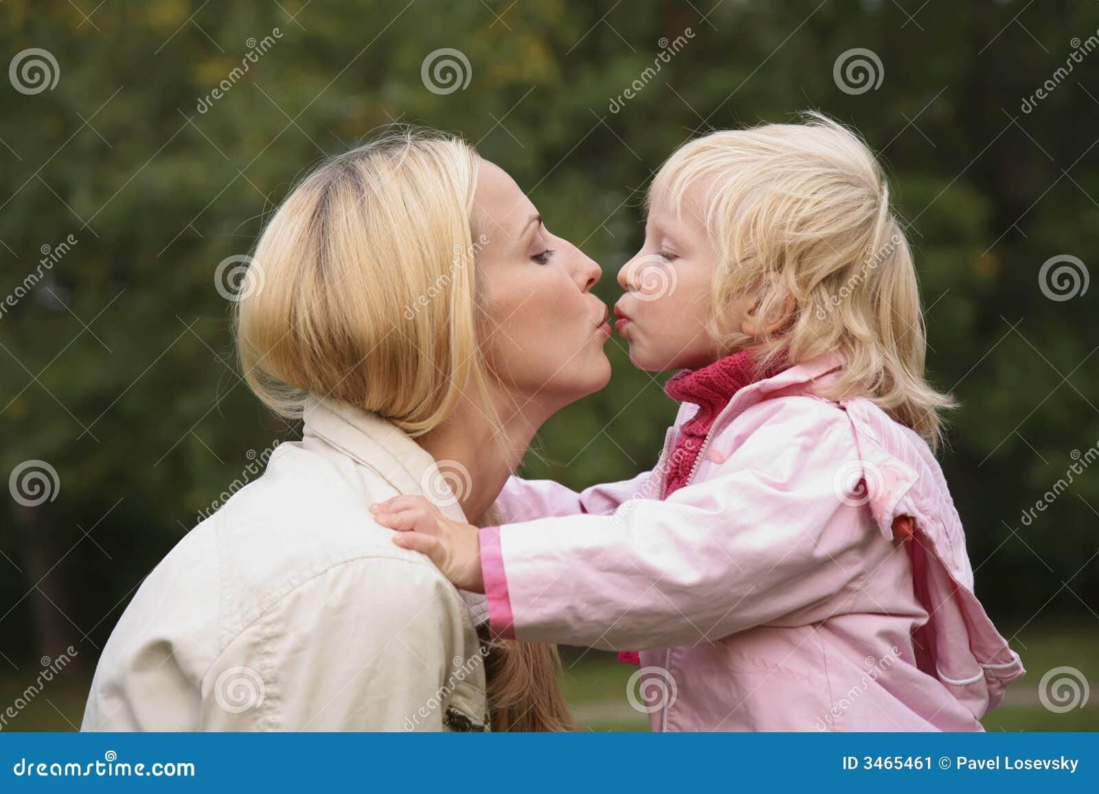 Целуется с дочкой 11 фотография