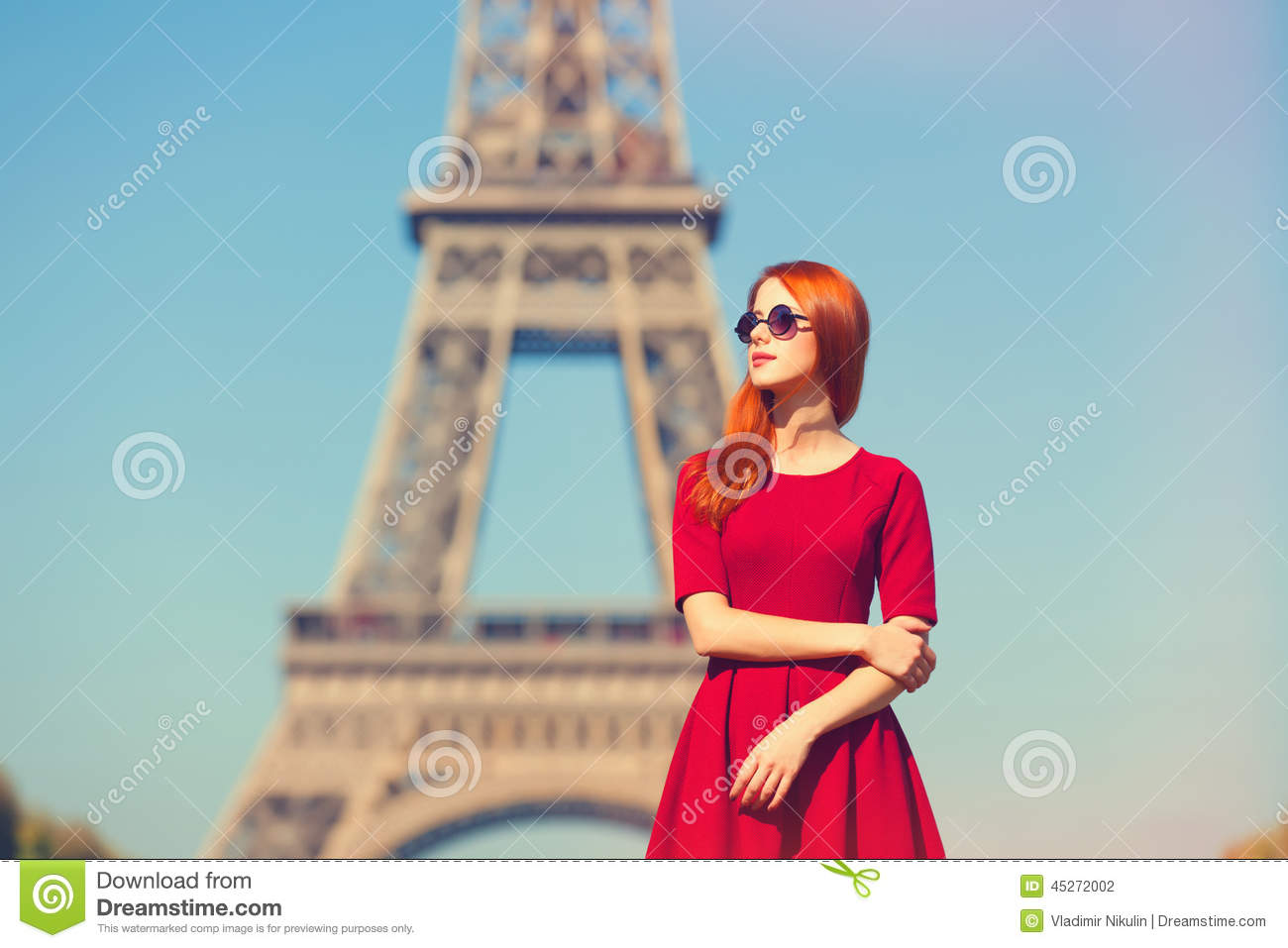 girl in paris near the eiffel tower and pink magnolia in. Black Bedroom Furniture Sets. Home Design Ideas