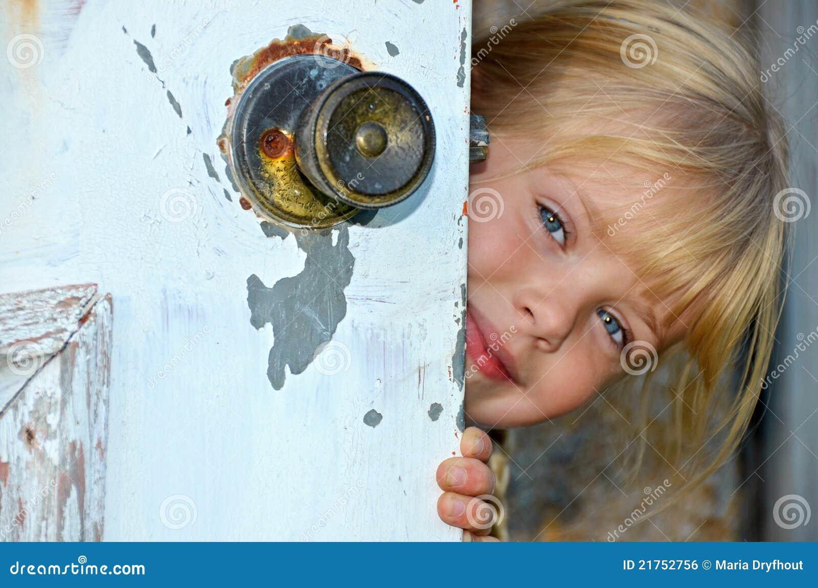 Девушка выглядывает из за двери гифка
