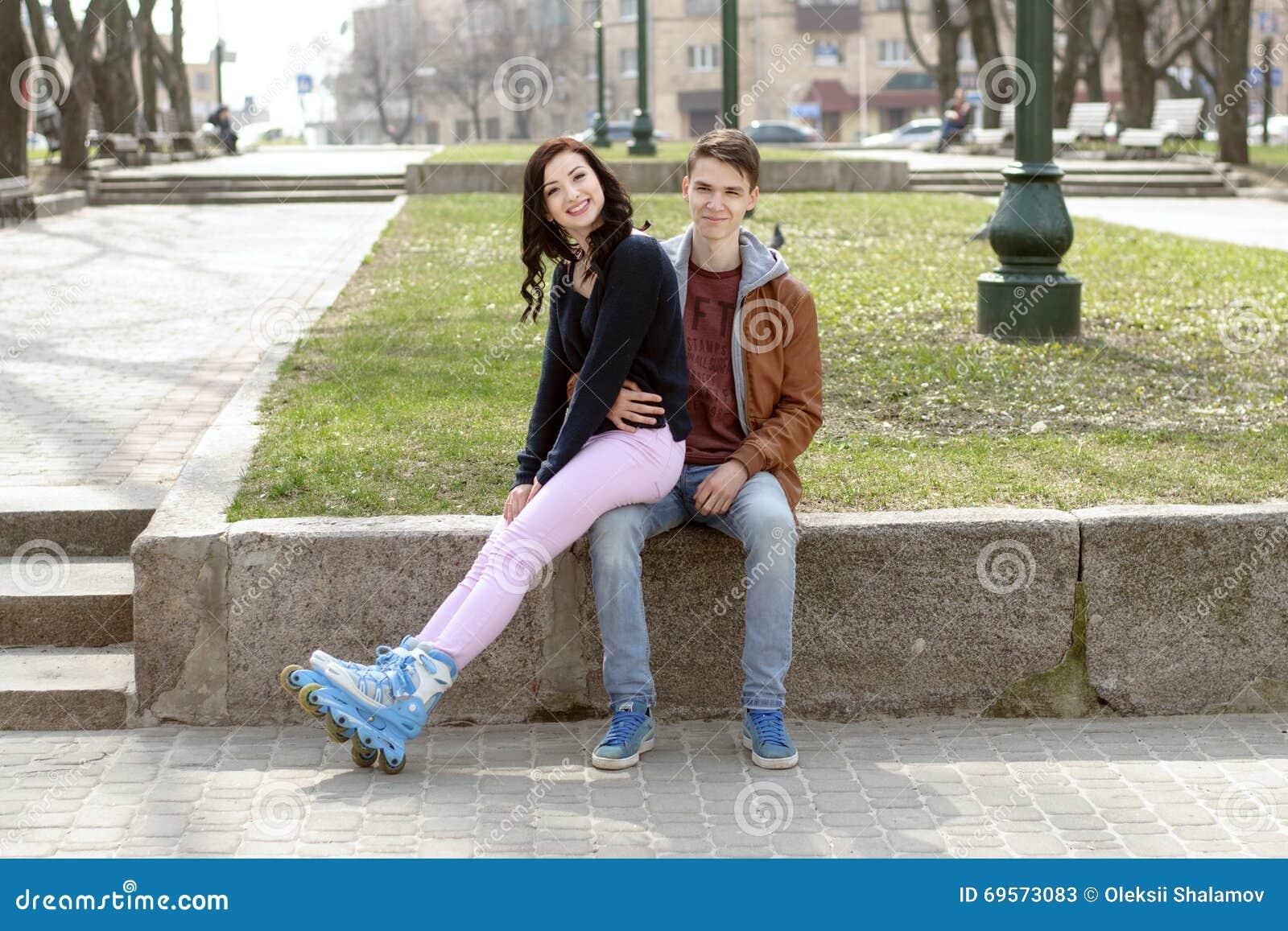 Сидеть на коленях у девушки на фото