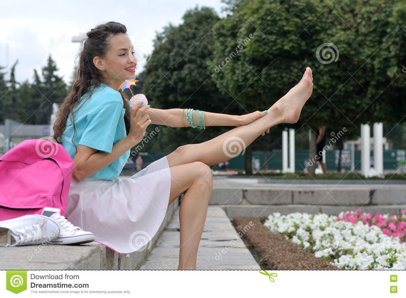 https://thumbs.dreamstime.com/z/girl-sits-stairs-holding-her-leg-nearby-shoes-eats-marshmallows-76559680.jpg
