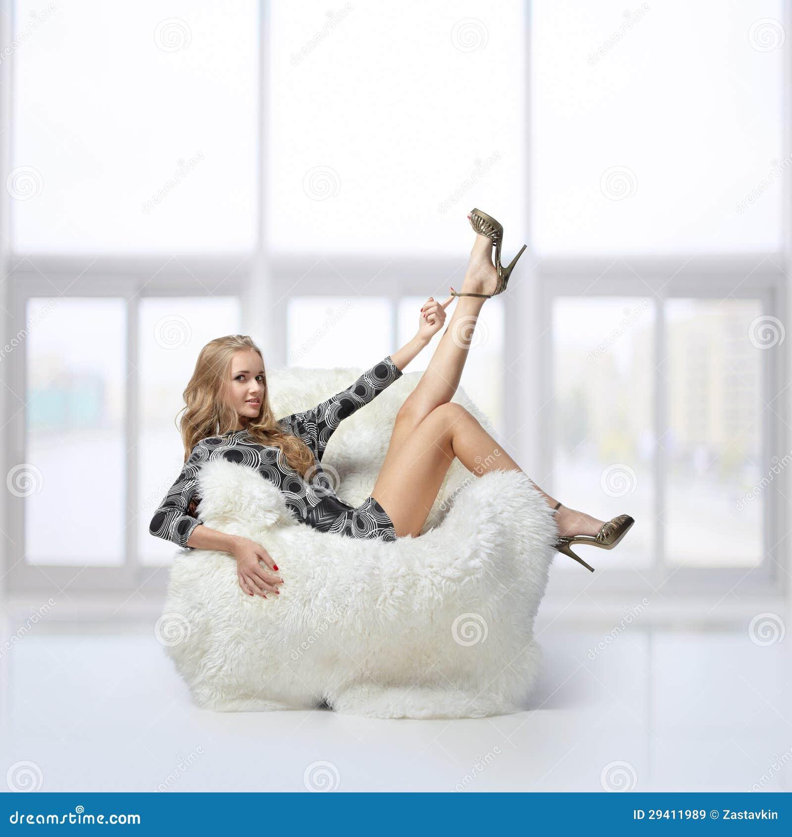 Фото на белом кресле 20 фотография