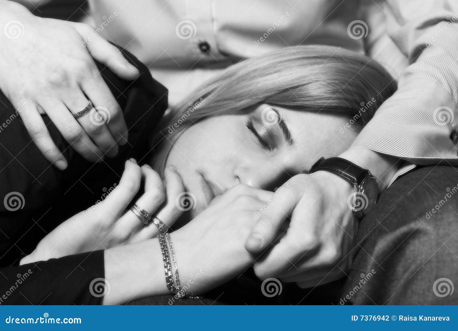 Секс у нас уже был но только один раз тут он отстранился от моих губ и надавил мне на плечи получилось что я села на колени напротив его 1 фотография