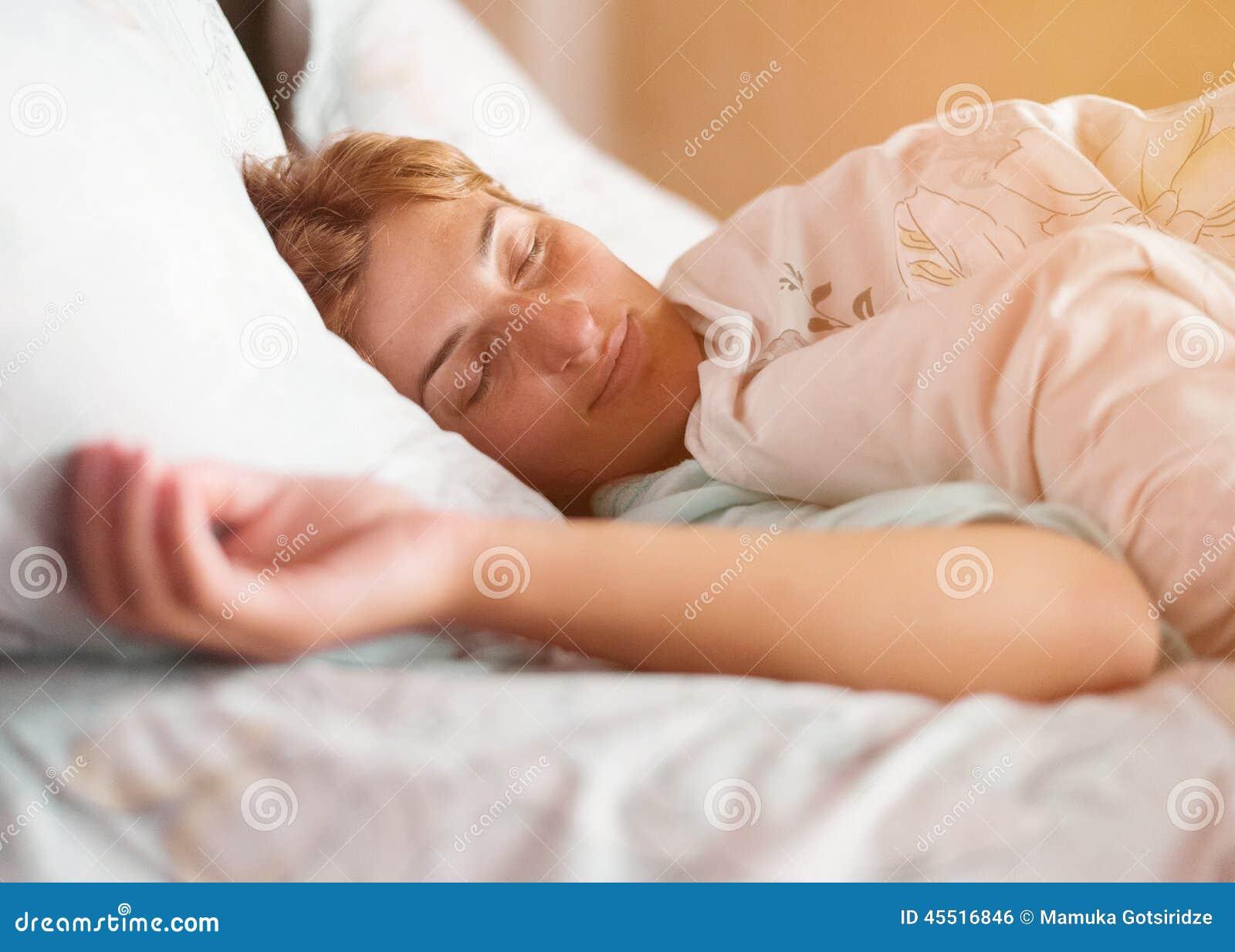 Спящая и ей толкают, Порно видео со спящими - смотреть онлайн бесплатно 26 фотография