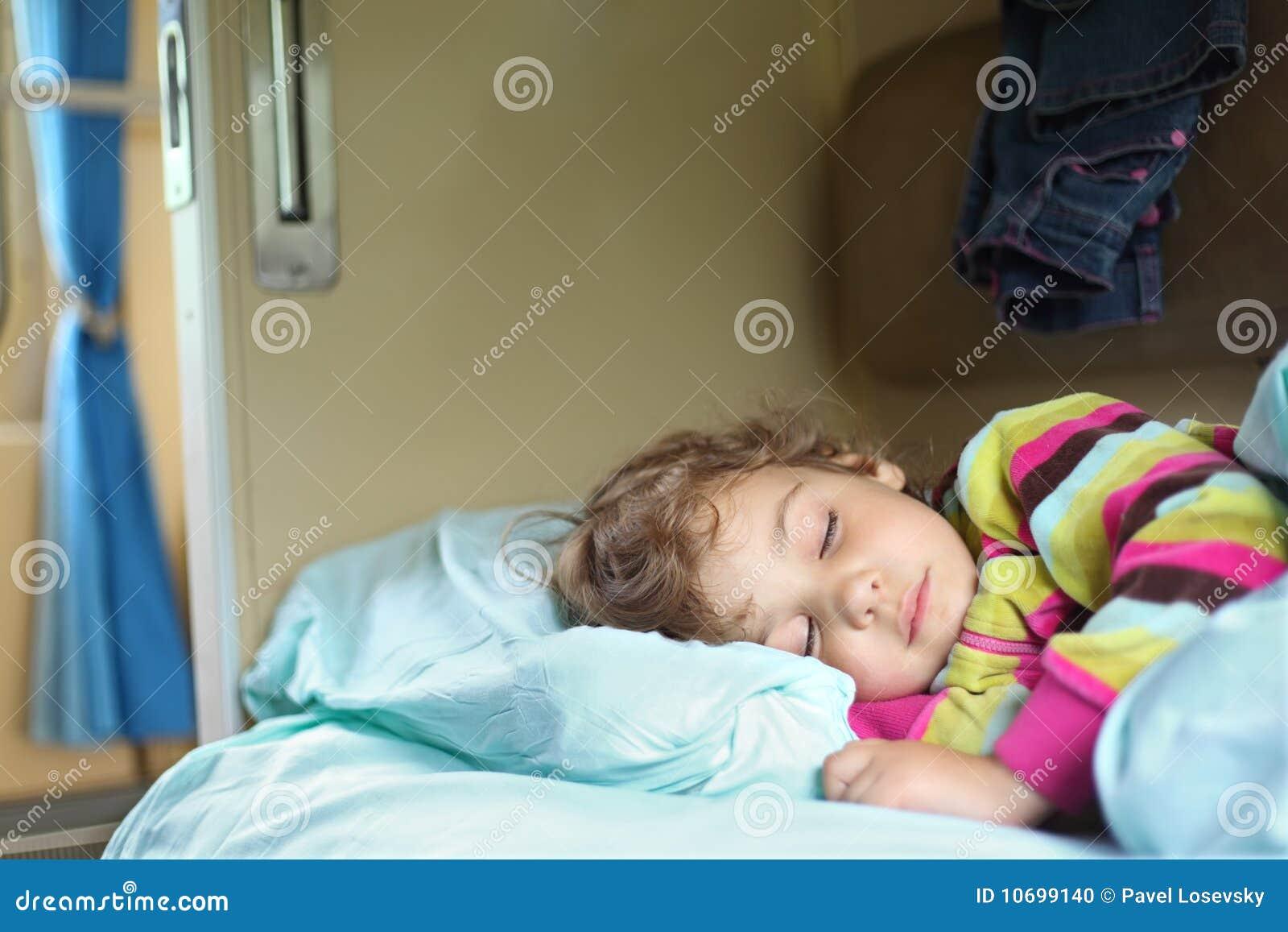Картинки спящих девушек в поезде