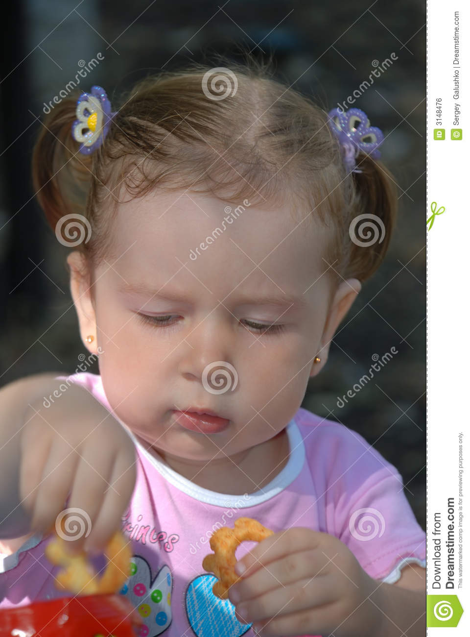 The girl taking cookie