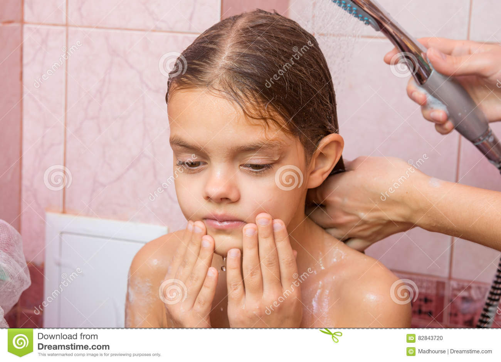 Сын не смог удержаться когда мать мылась в душе
