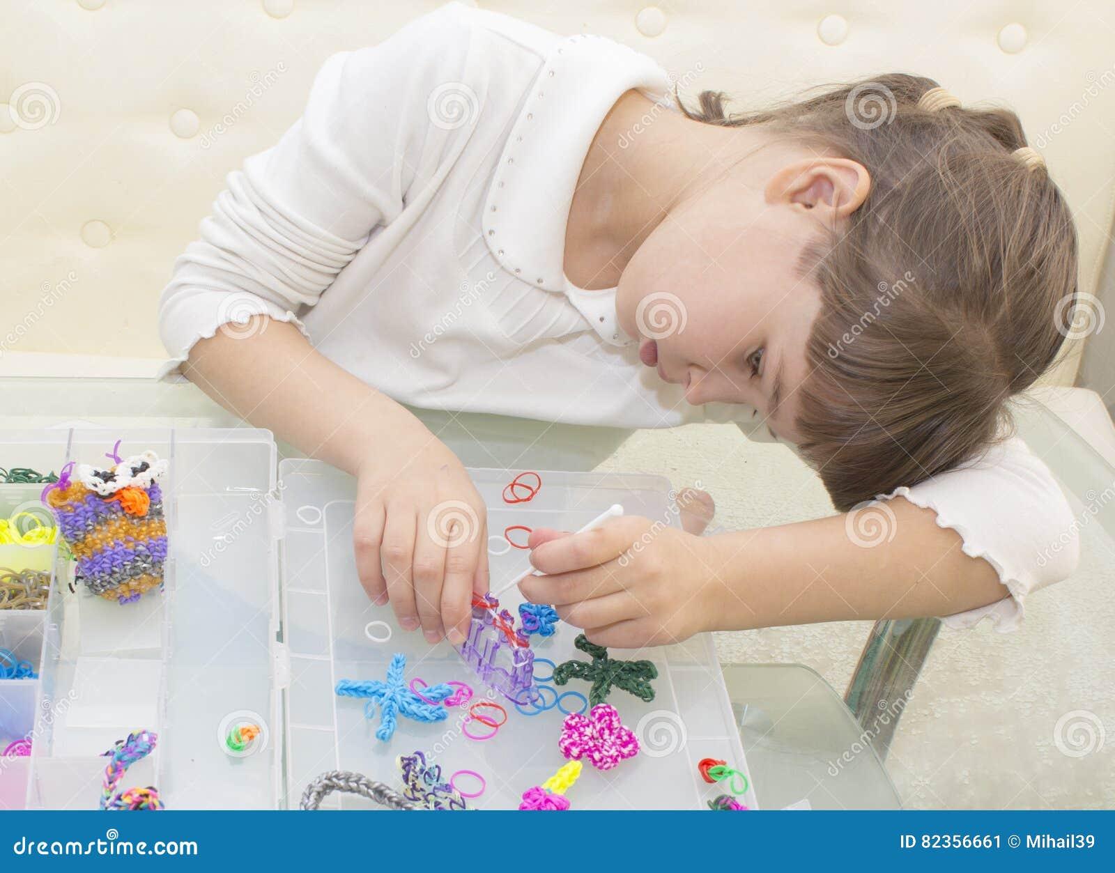 Weaving bracelets of gum