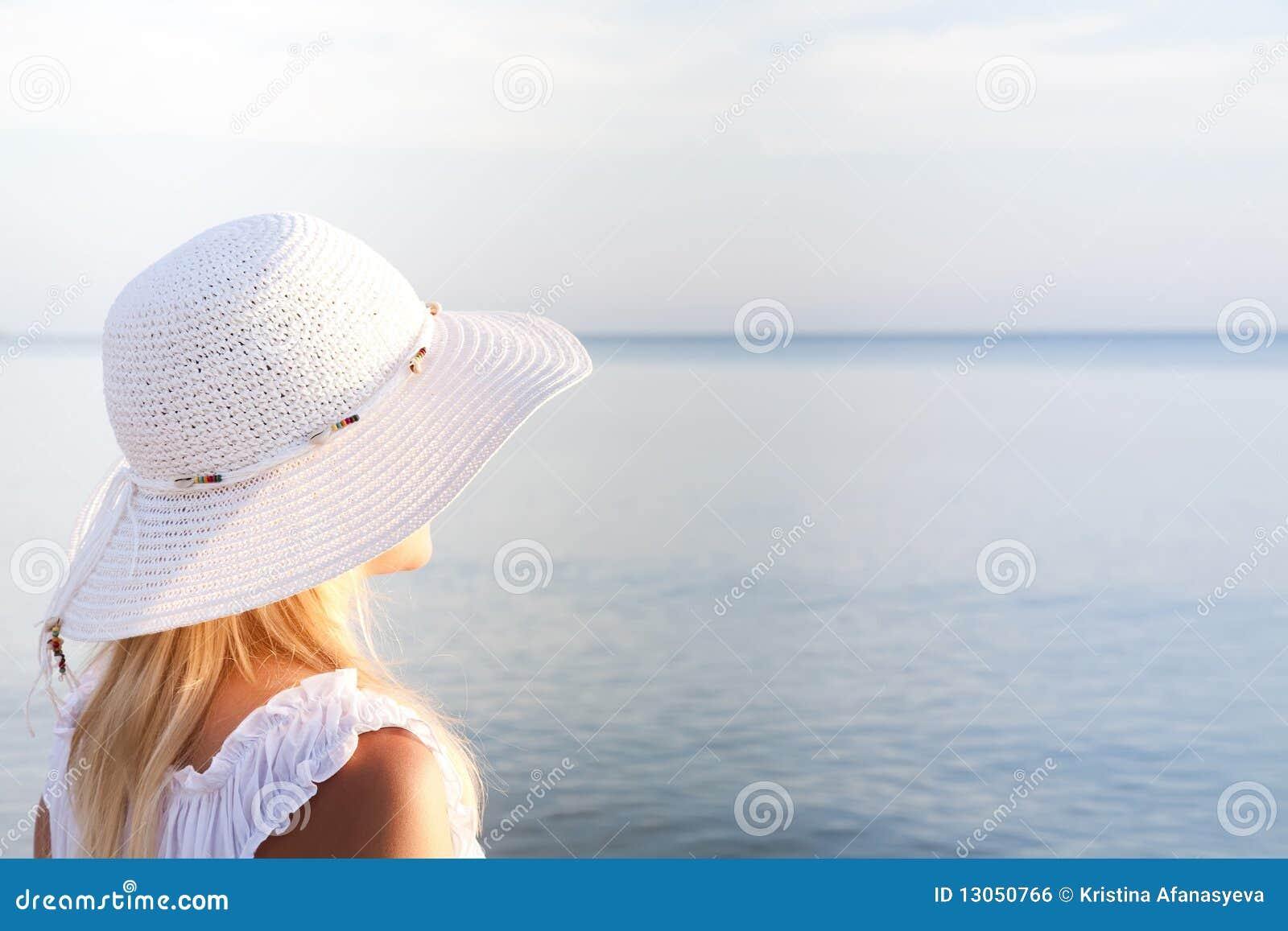 allen-naked-girl-in-white-hat-ass