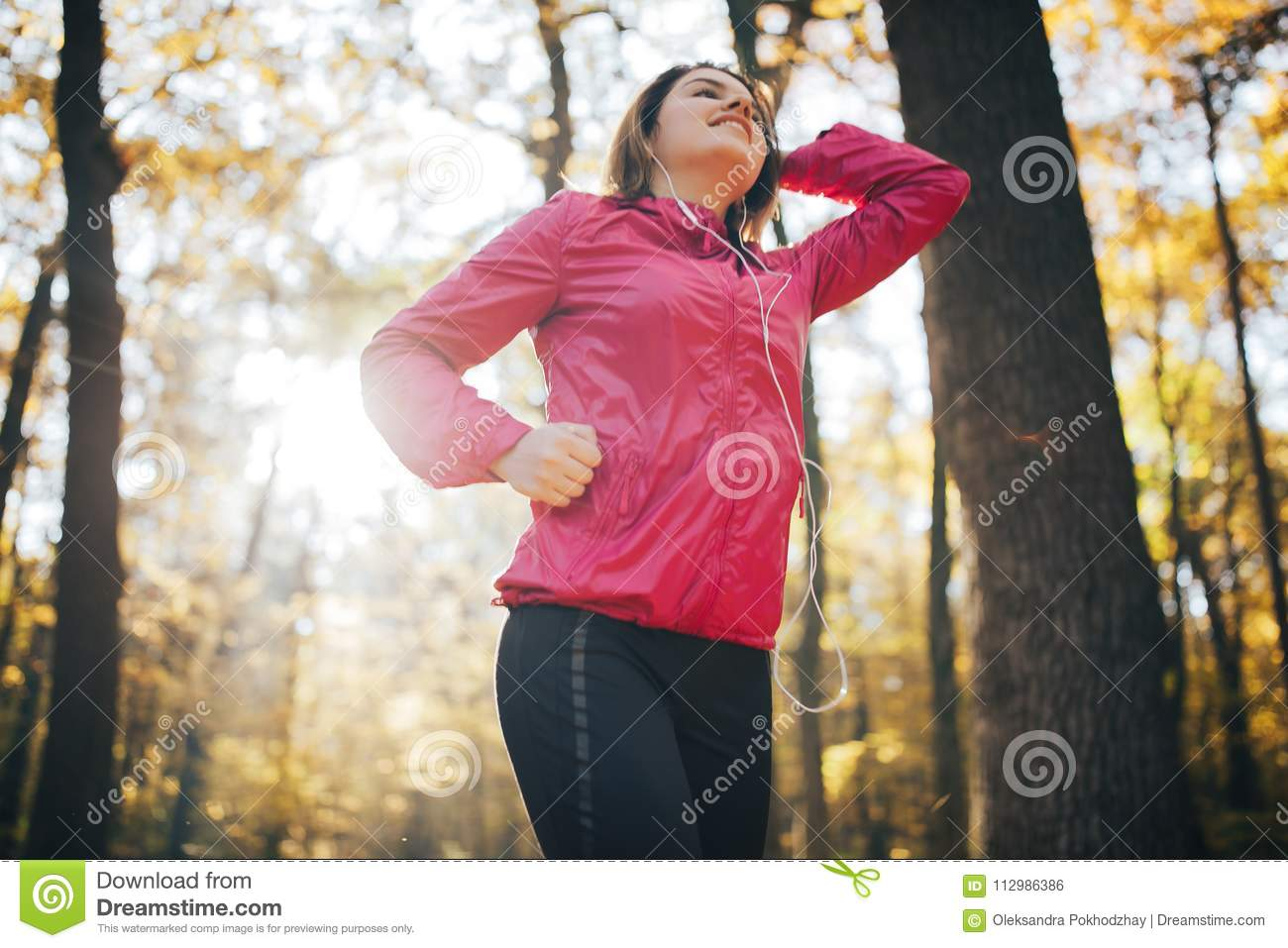 Girl who trains in the morning autumn park