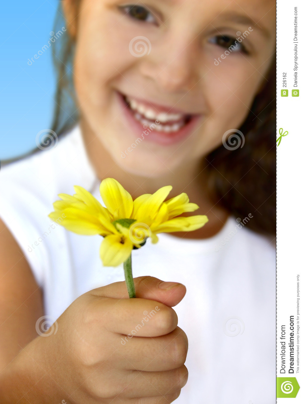 GIRL WITH YELLOW DAISY