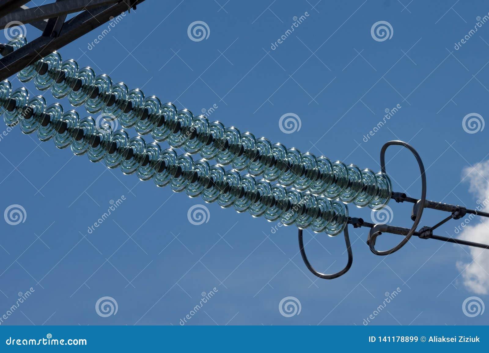 Girland av hög-spänning exponeringsglasisolatorer