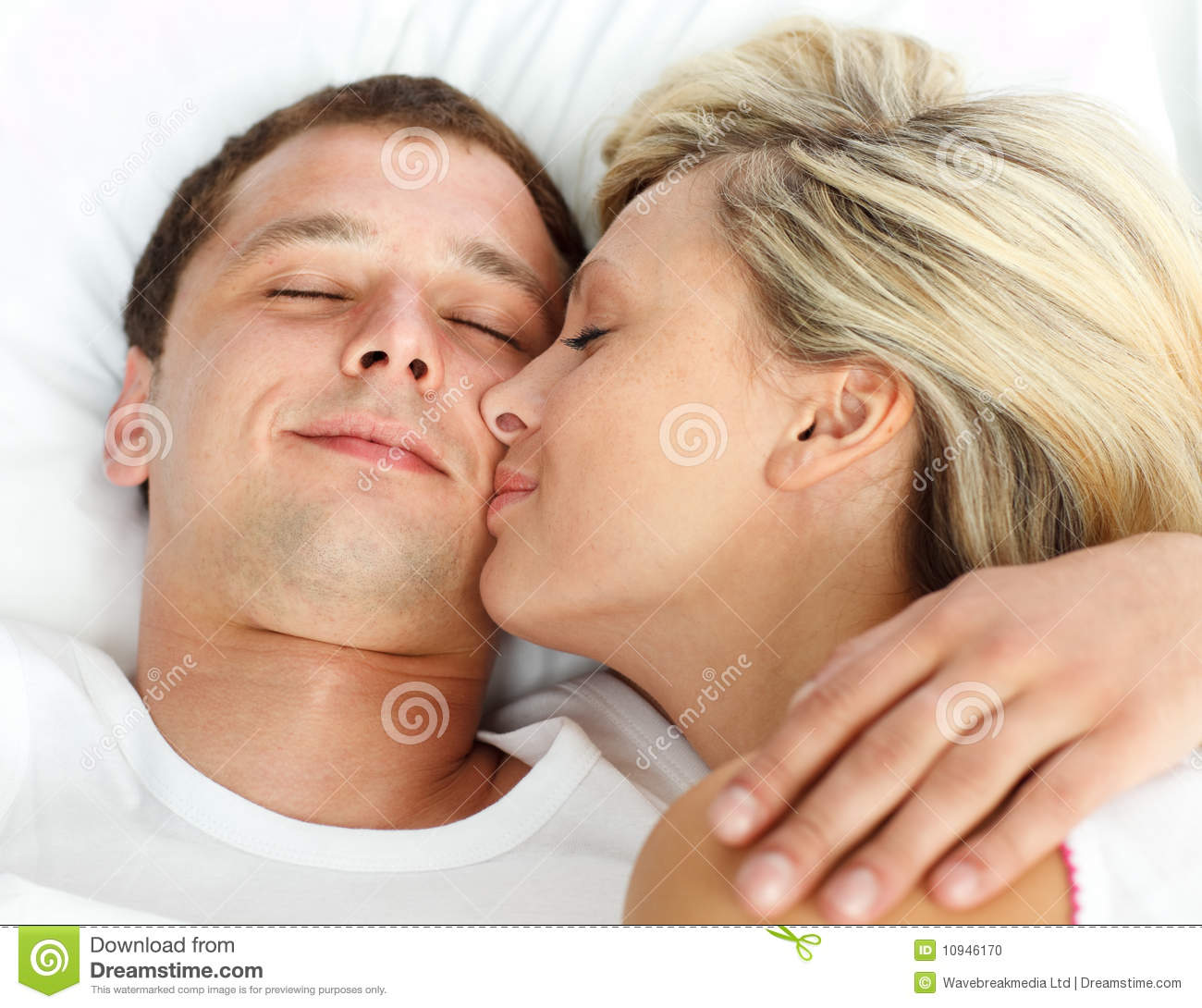 how to kiss a boyfriend in bed