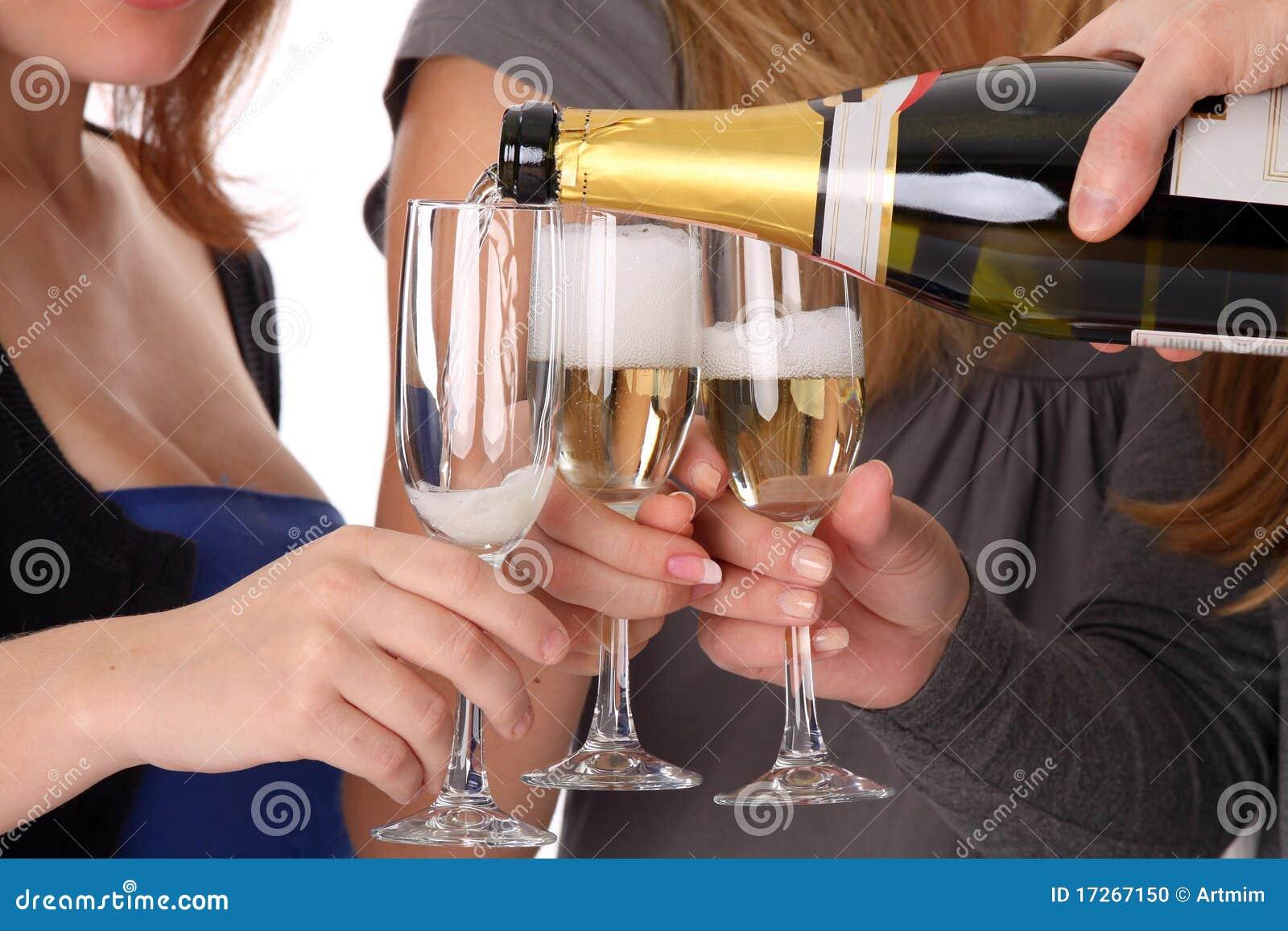 Суёт бутылку от шампанского, Села на бутылку -видео. Смотреть Села на бутылку 25 фотография