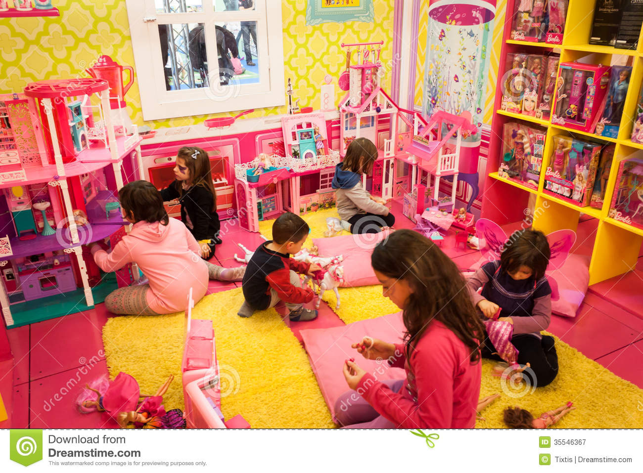 House Toys For Girls : Girls playing inside barbie s house at g come giocare in milan