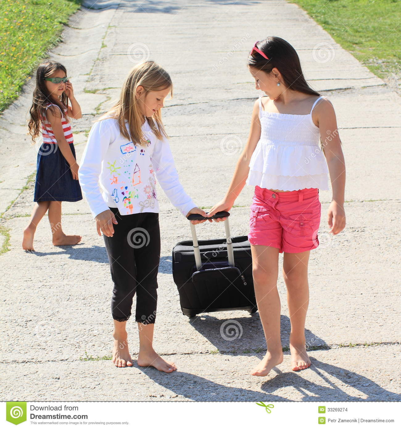 United Baggage Prices Girls With Suitcase Leaving Their Sister Stock Images