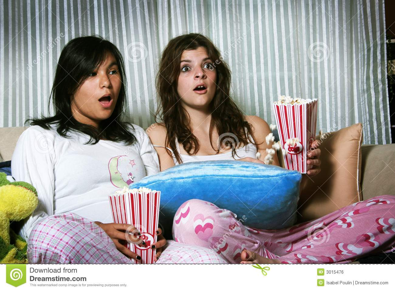 girls-watching-horror-movie-3015476.jpg