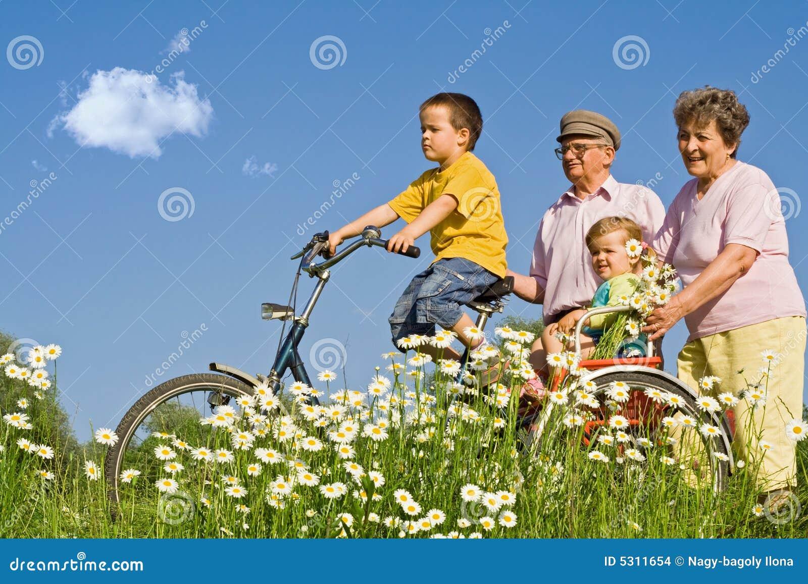 Download Giro con i nonni fotografia stock. Immagine di istruisca - 5311654