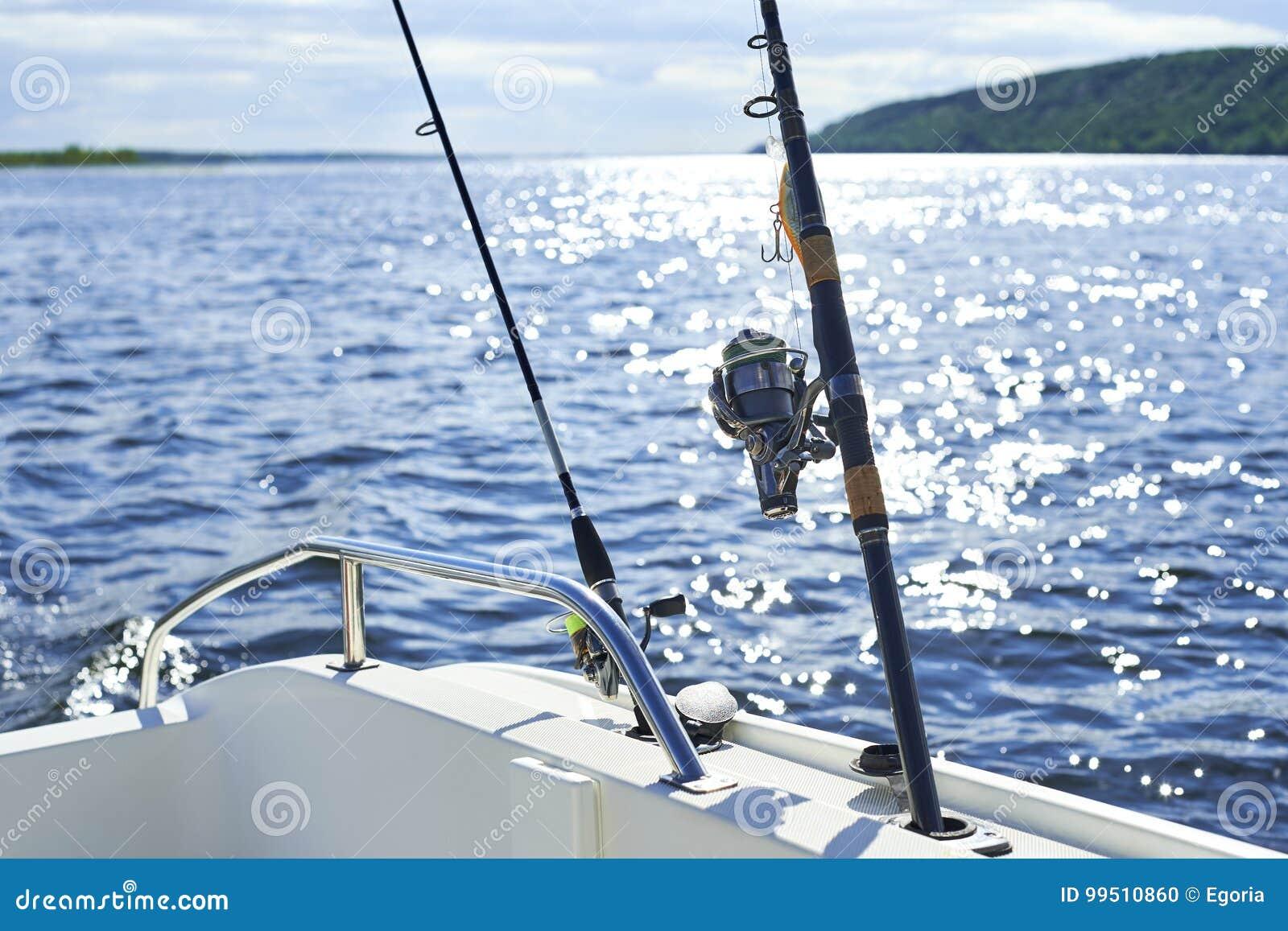 Giro con la pesca con cebo de cuchara con cebo de cuchara en el casco del ` s de la nave contra