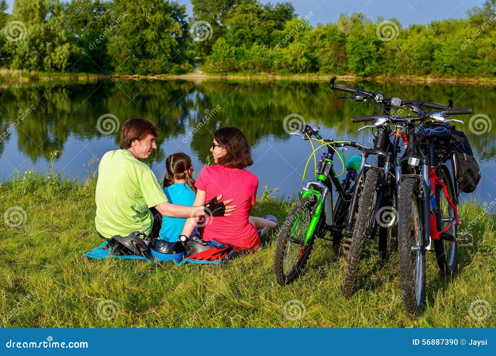 Giro della bici della famiglia all aperto, genitori attivi e riciclaggio del bambino