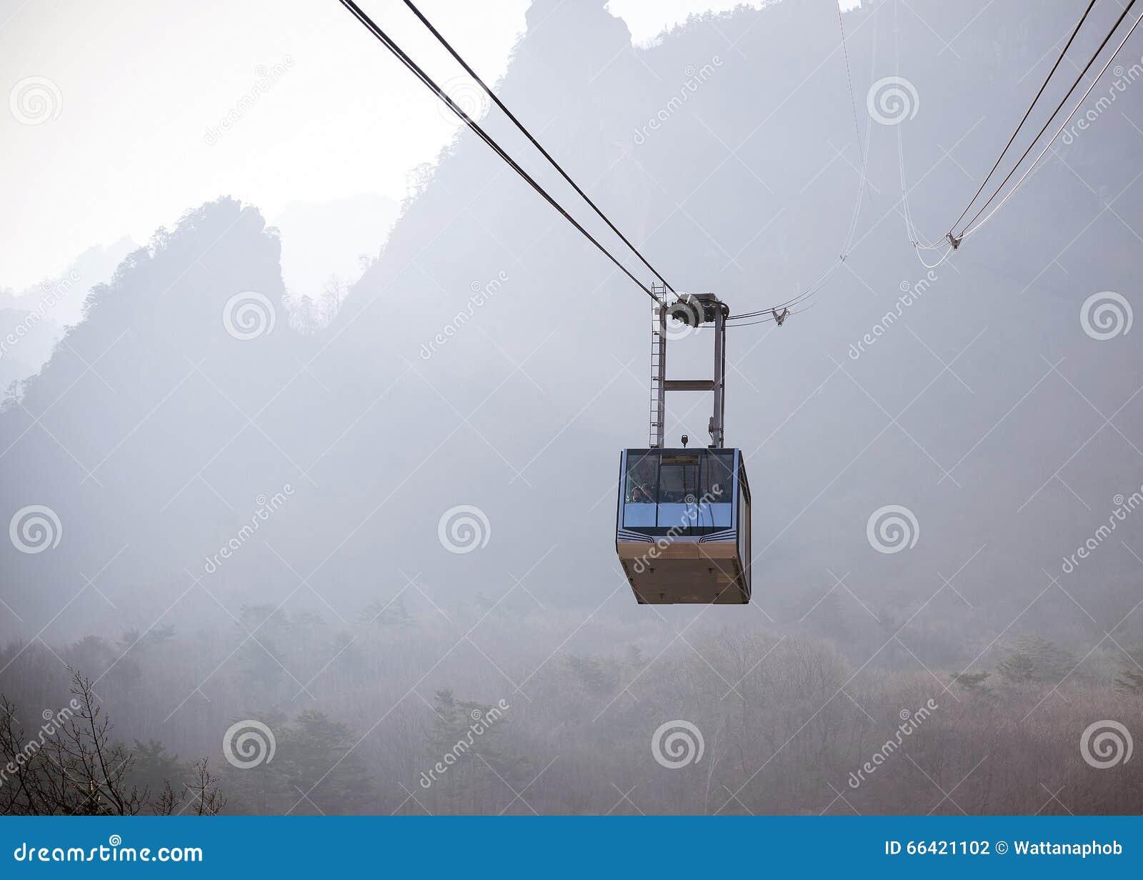 Giro della cabina di funivia fino alle montagne fotografia for Planimetrie della cabina di log
