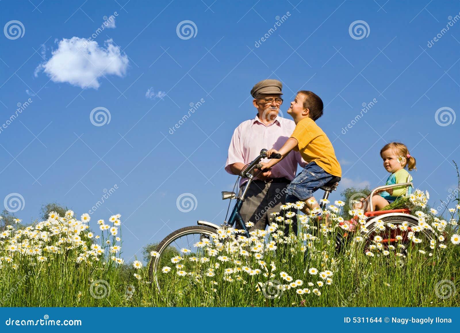 Download Giro Di Bycycle Con Il Grandpa Nella Sorgente Fotografia Stock - Immagine di preoccuparsi, libertà: 5311644