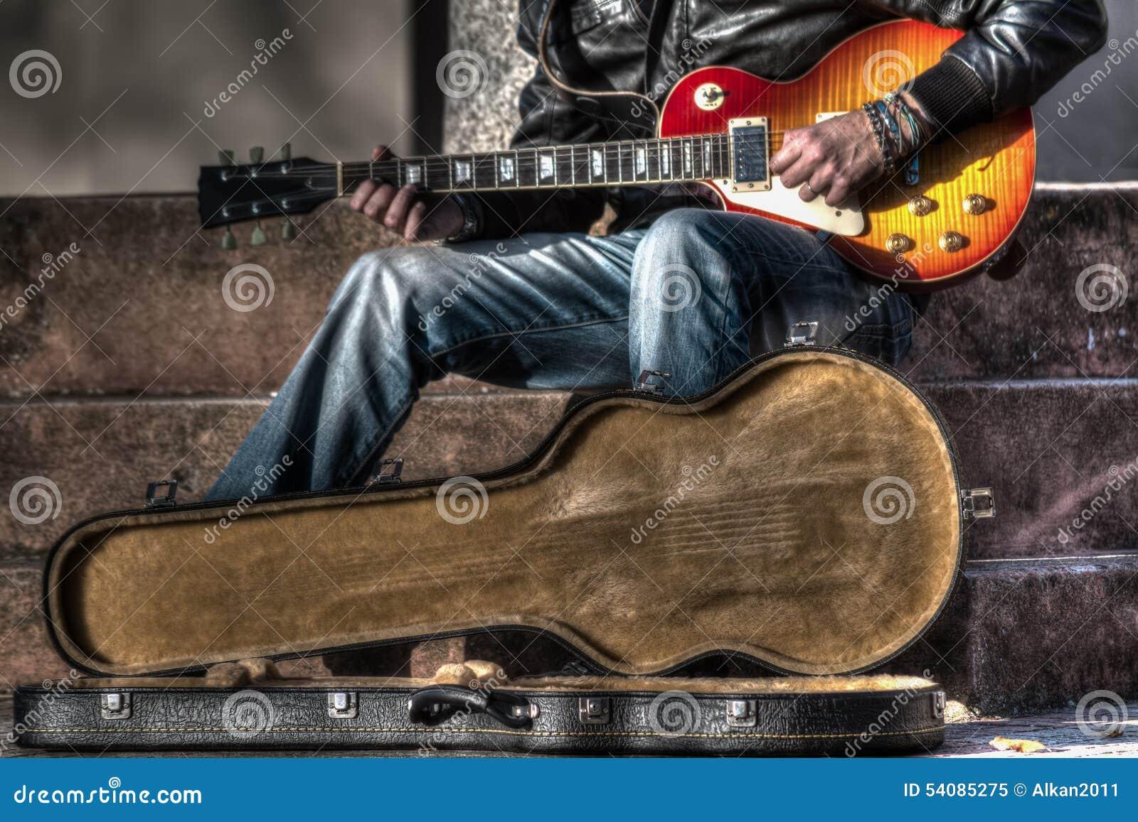 Gitaarspeler met een open gitaargeval