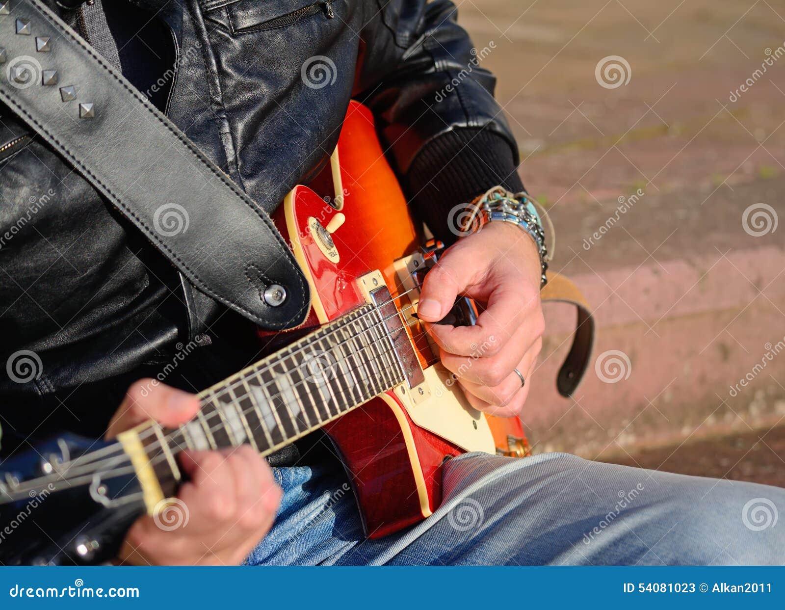 Gitaarspeler met elektrische gitaar