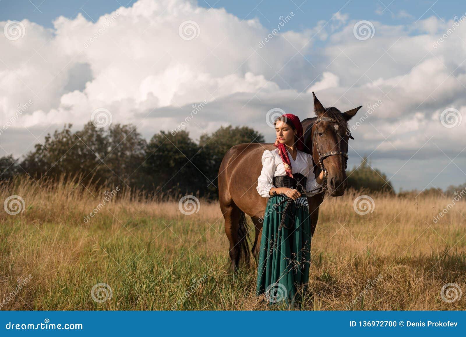 Gitano con un caballo en el campo en verano