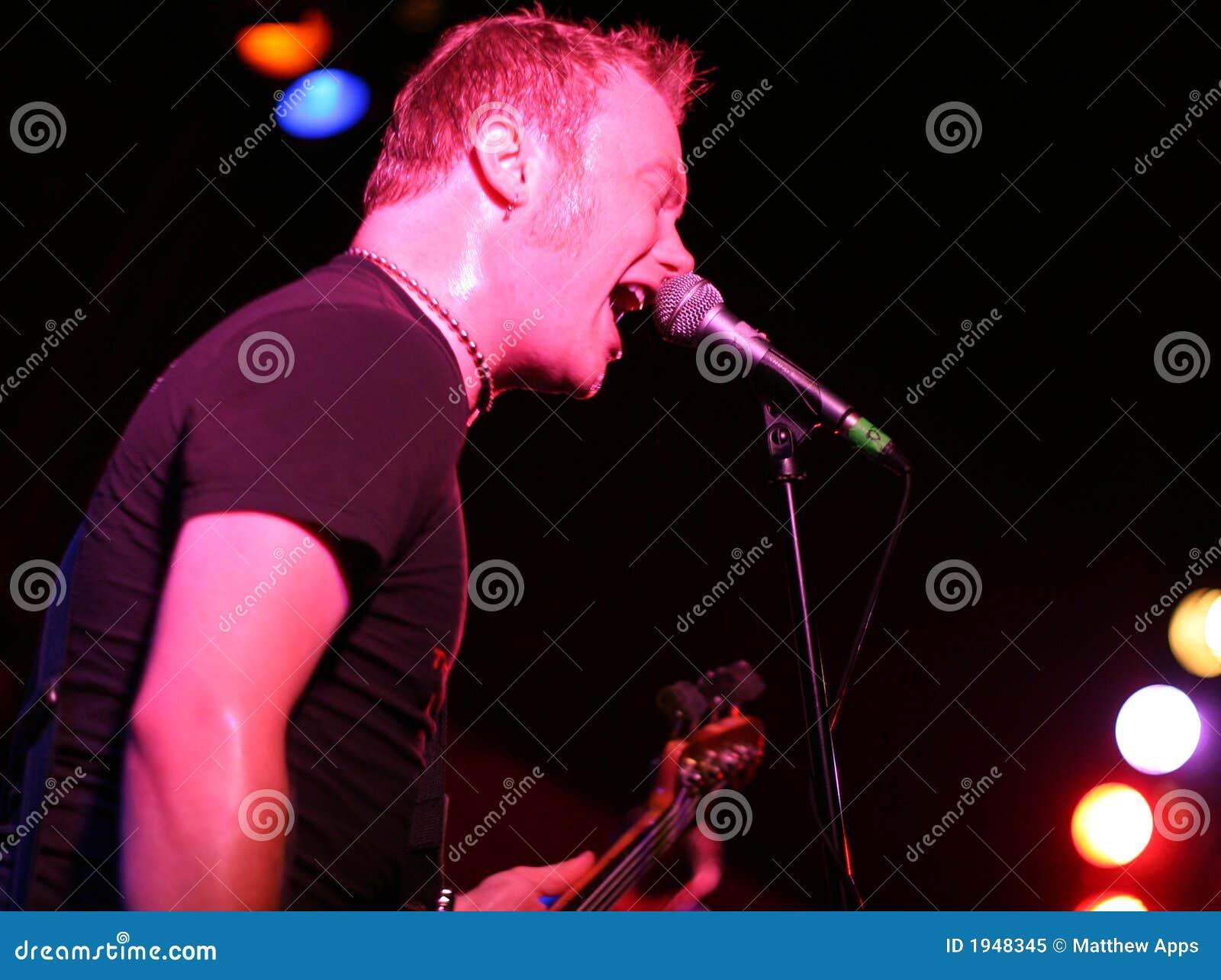 Gitara odgrywa scenę śpiew rockstar