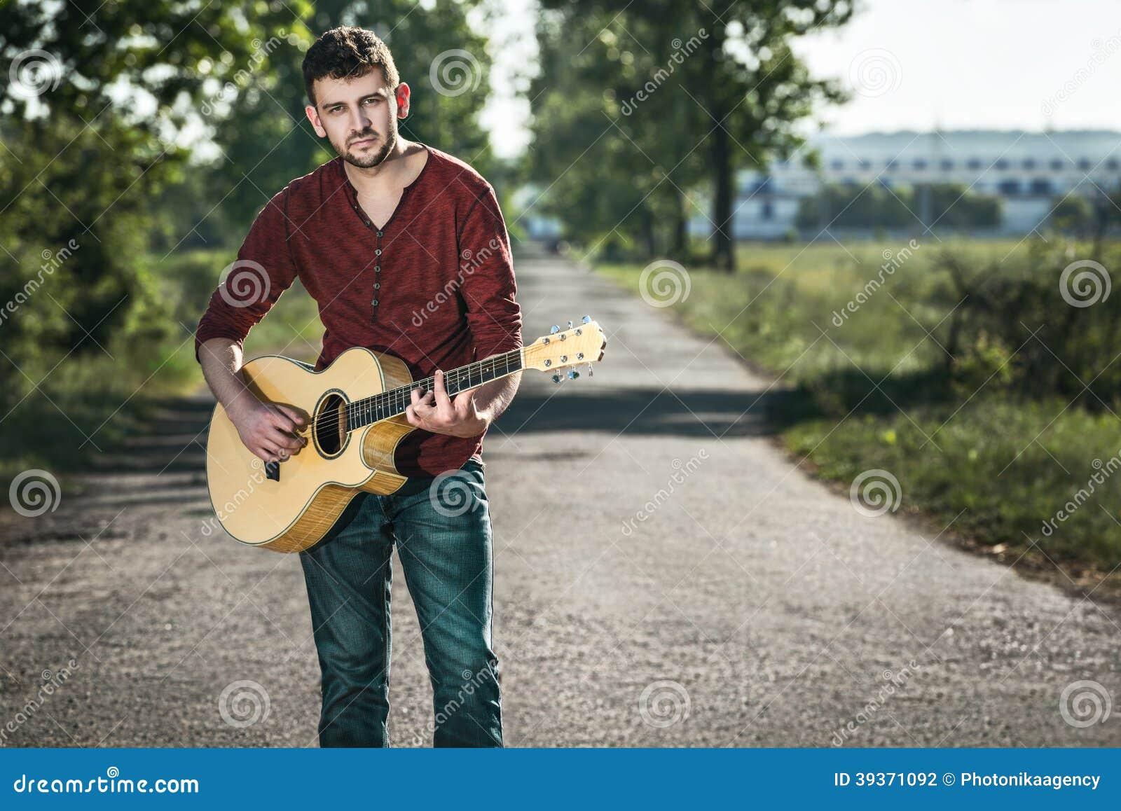 Gitarist het zingen op de weg