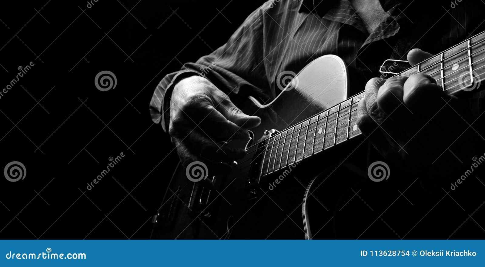 Gitaristhanden en gitaar dichte omhooggaand Het spelen Elektrische Gitaar Speel de gitaar Exemplaarruimten