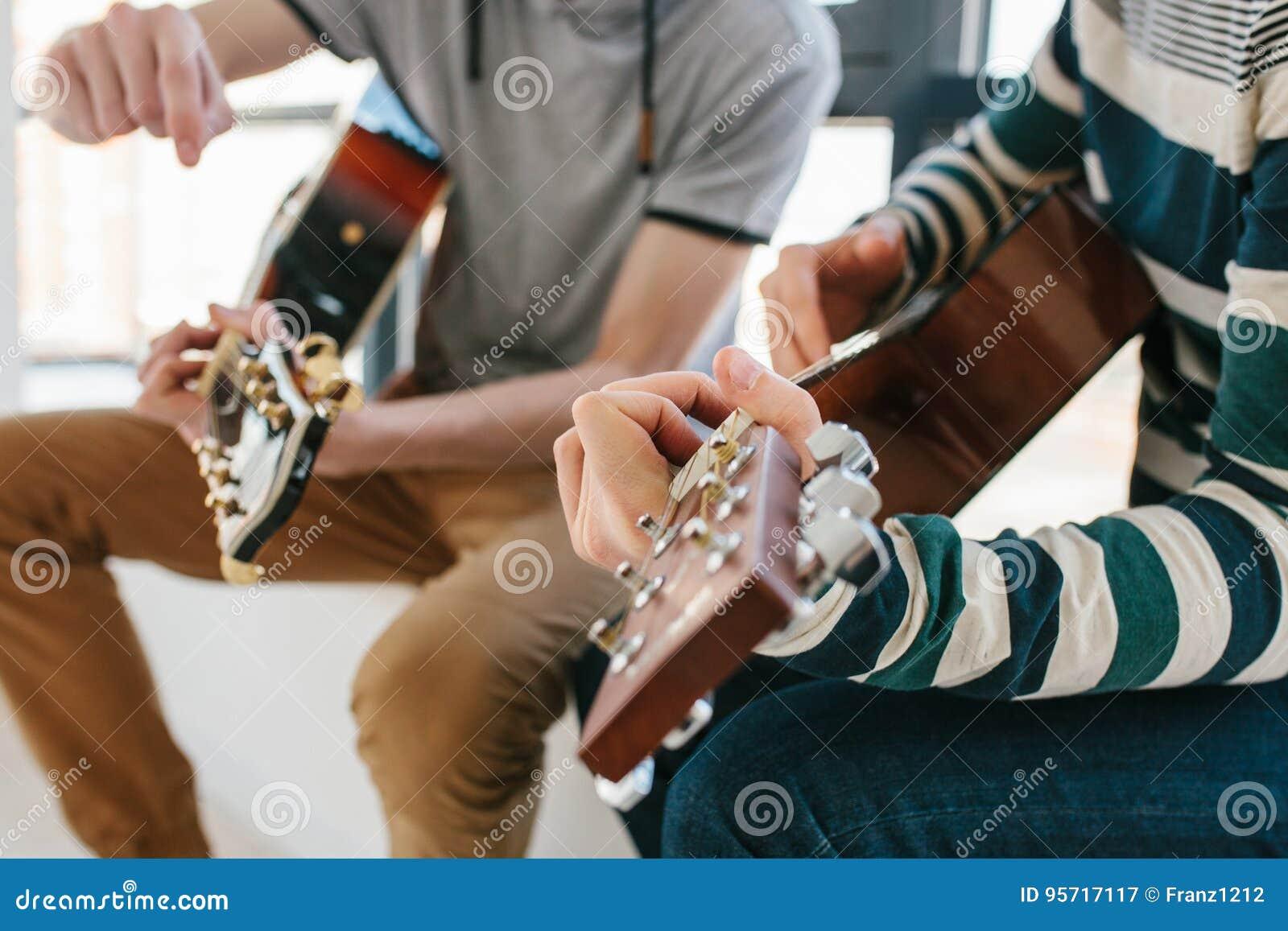 Gitarr som lärer spelrum till Musikutbildning och extracurricular kurser