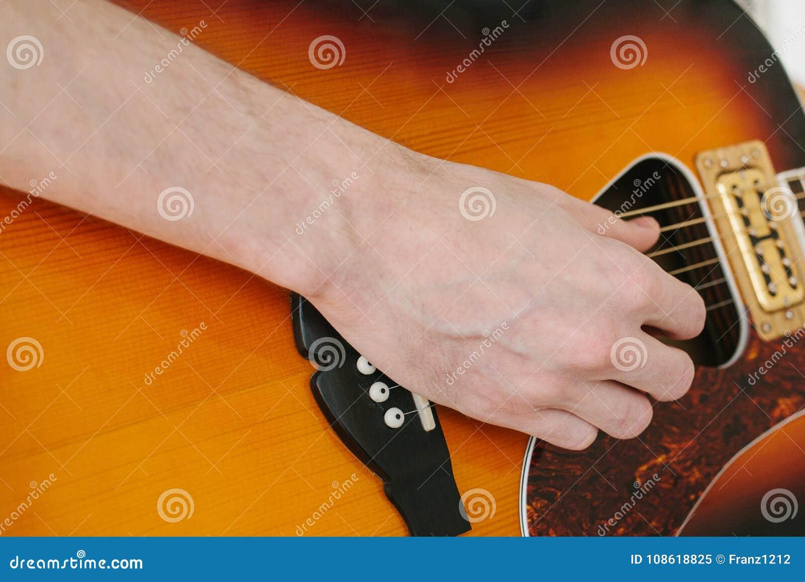 Gitarr som lärer spelrum till Musikutbildning och extracurricular kurser Hobbyer och entusiasm för att spela gitarren och