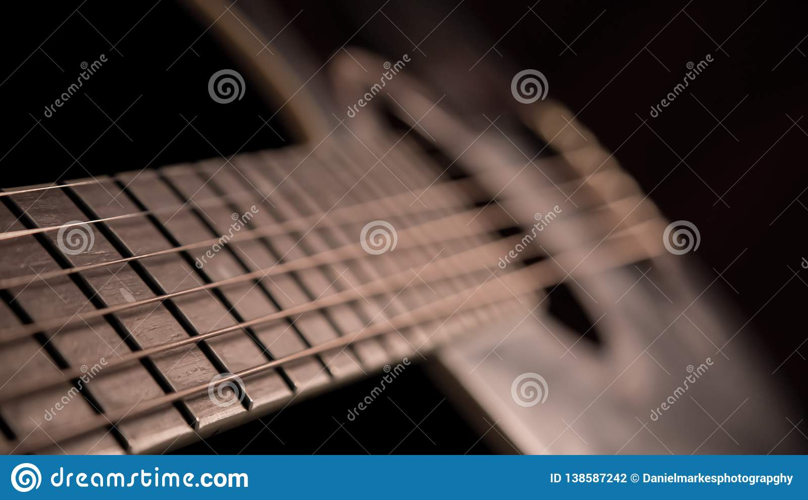 Gitarre in der Dunkelheit