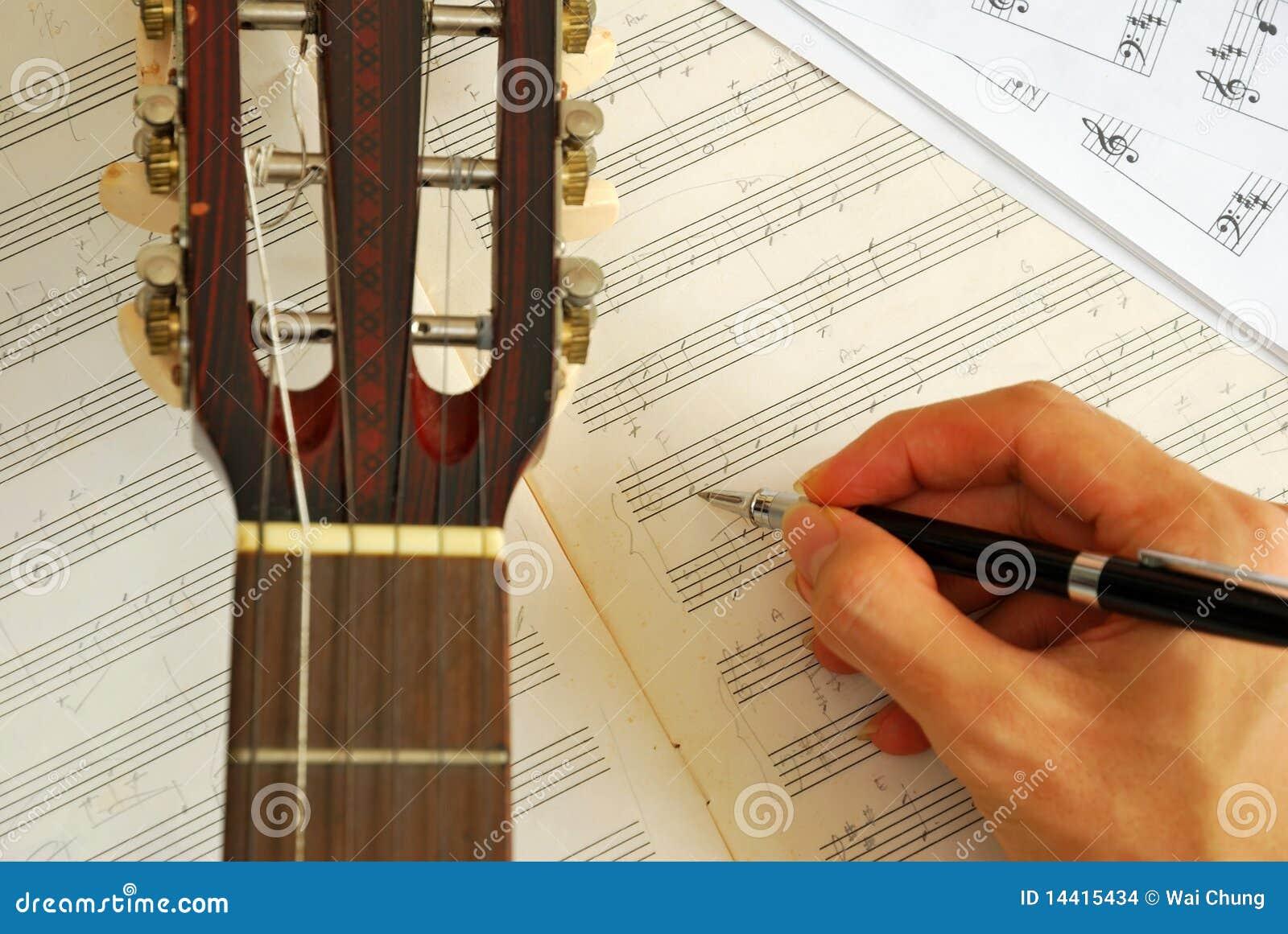 Gitarre mit Handbestehender Musik auf Manuskript