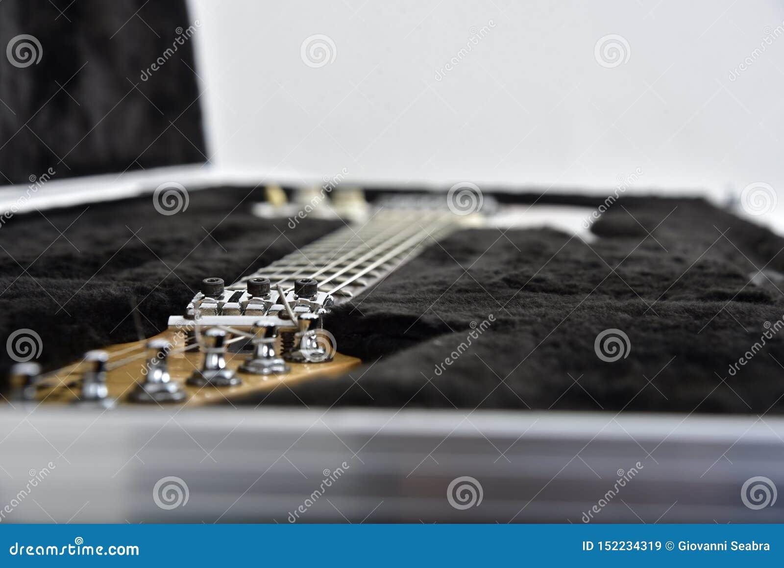 Gitarreffektutrustning på vit bakgrund