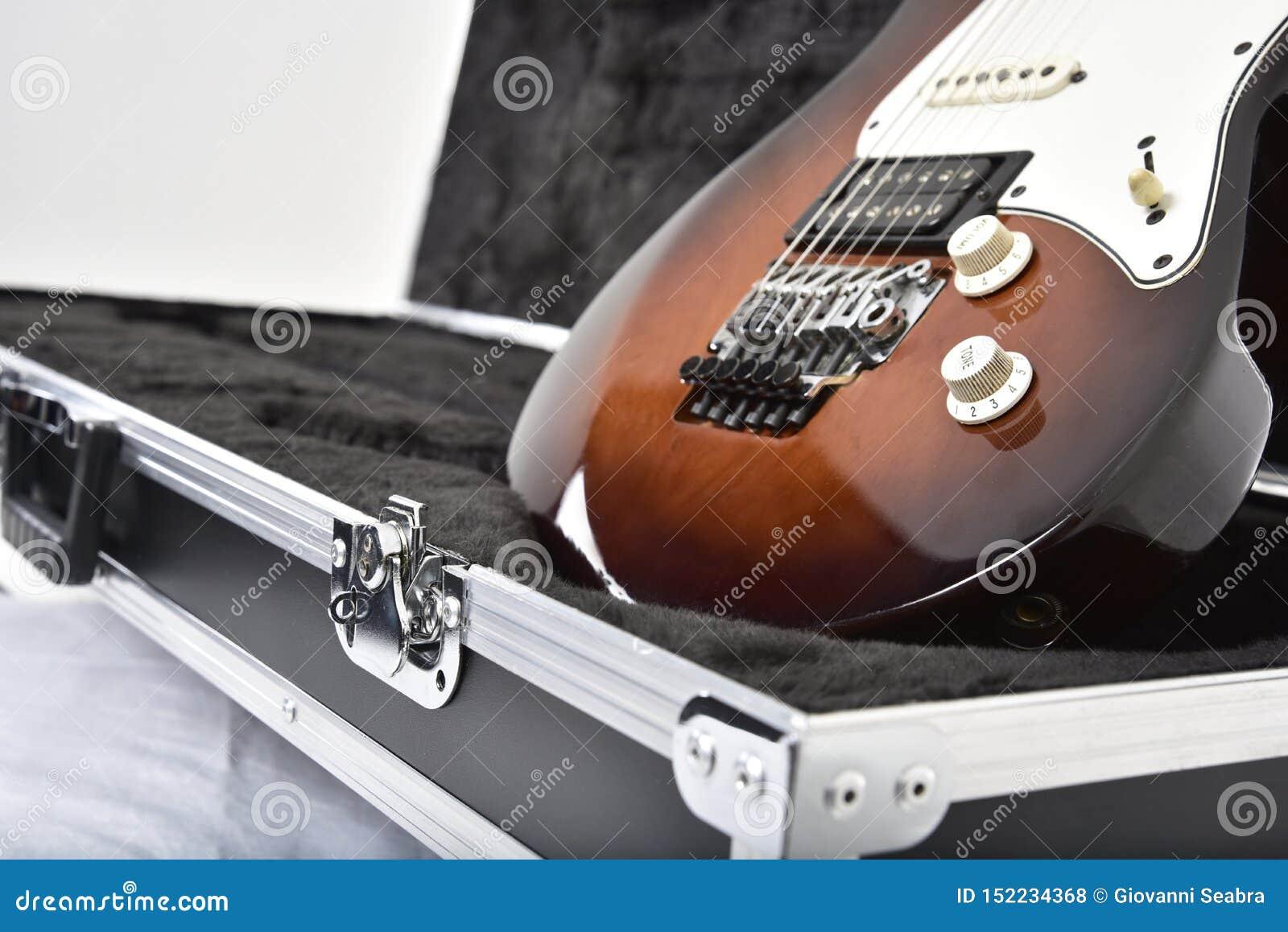Gitarreneffektausrüstung auf weißem Hintergrund